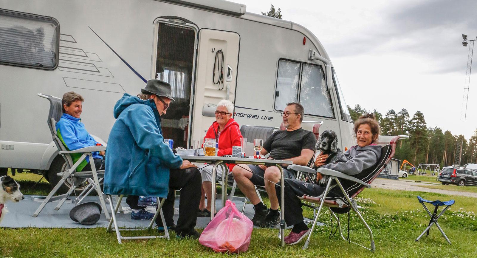 – Det bästa med norra Sverige är alla trevliga människor och sedan gillar vi att ölen är så billig här. Vi har varit flera gånger här på Ansia som är vår favoritcamping. Trevlig personal och rena, fina servicehus, tyckte det här glada husbilsgänget från Bodö i Norge.