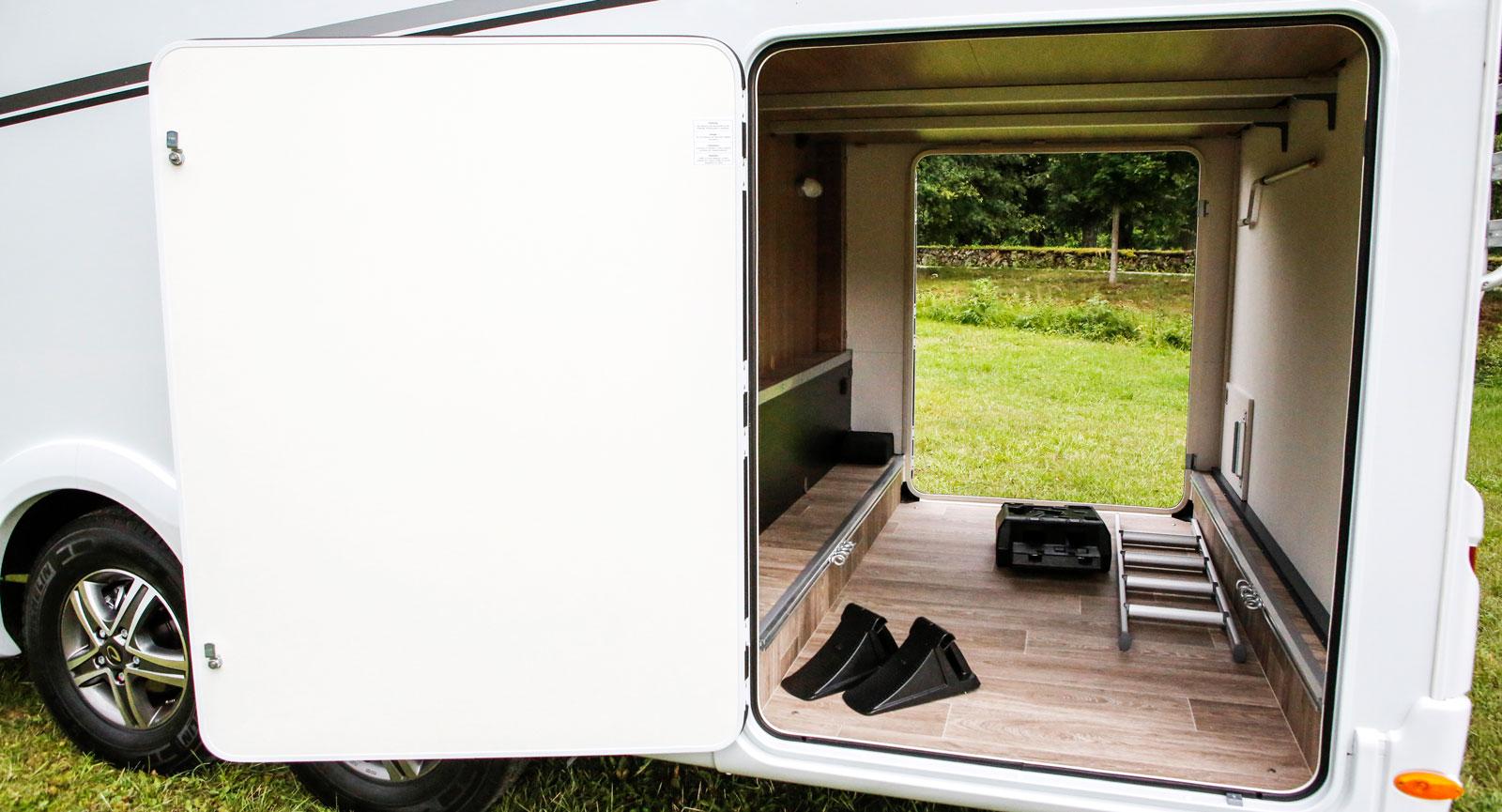 Garaget har dubbeldörrar, lastöglor, belysning och eluttag.