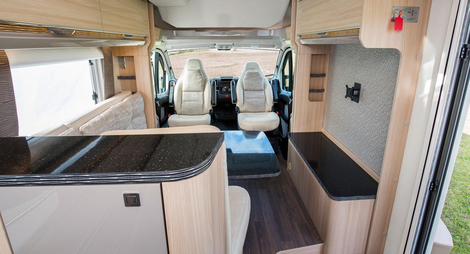 """I upphissat läge är det svårt att föreställa sig att det finns en säng i taket. Testad bil har """"low board"""" med plats för stor platt-tv på högerväggen."""