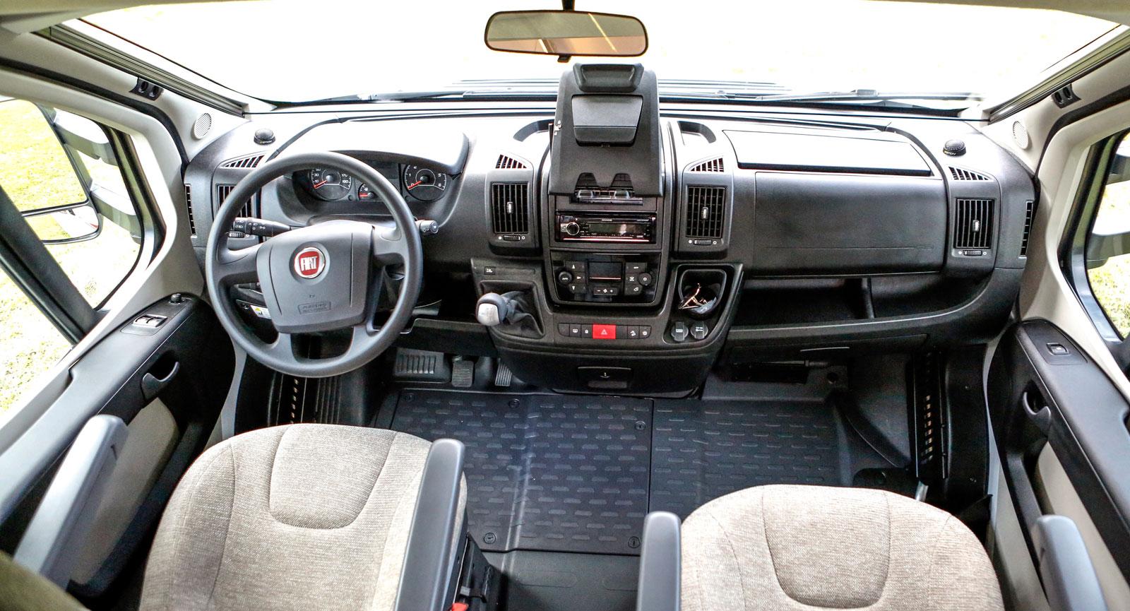 Fiats välkända förarmiljö, men med stolar utan snurrfunktion.