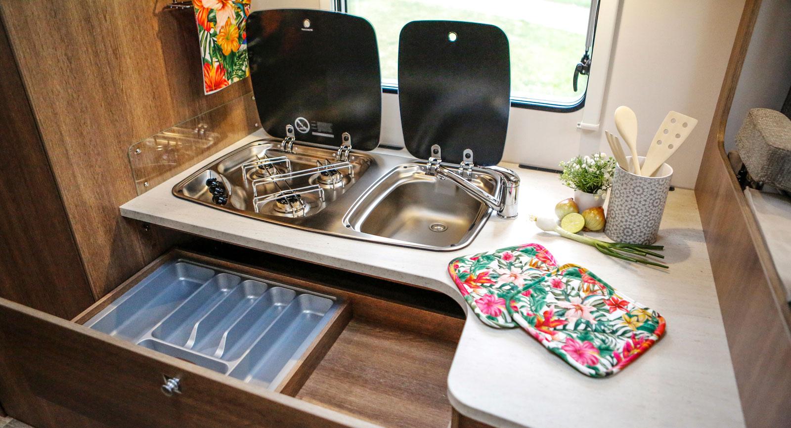 Köket har en gemensam enhet för diskho och spis vilket ger enkel rengöring och stor arbetsyta till höger.