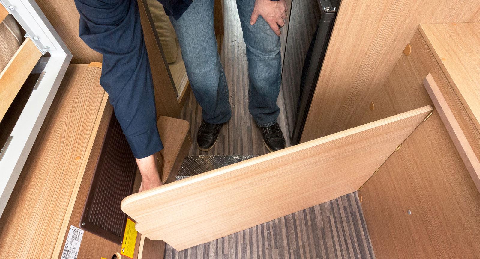 När bädden är nedsänkt kan bagageutrymmet stängas med denna enkla vridbara skiva vilket håller lasten på mattan.