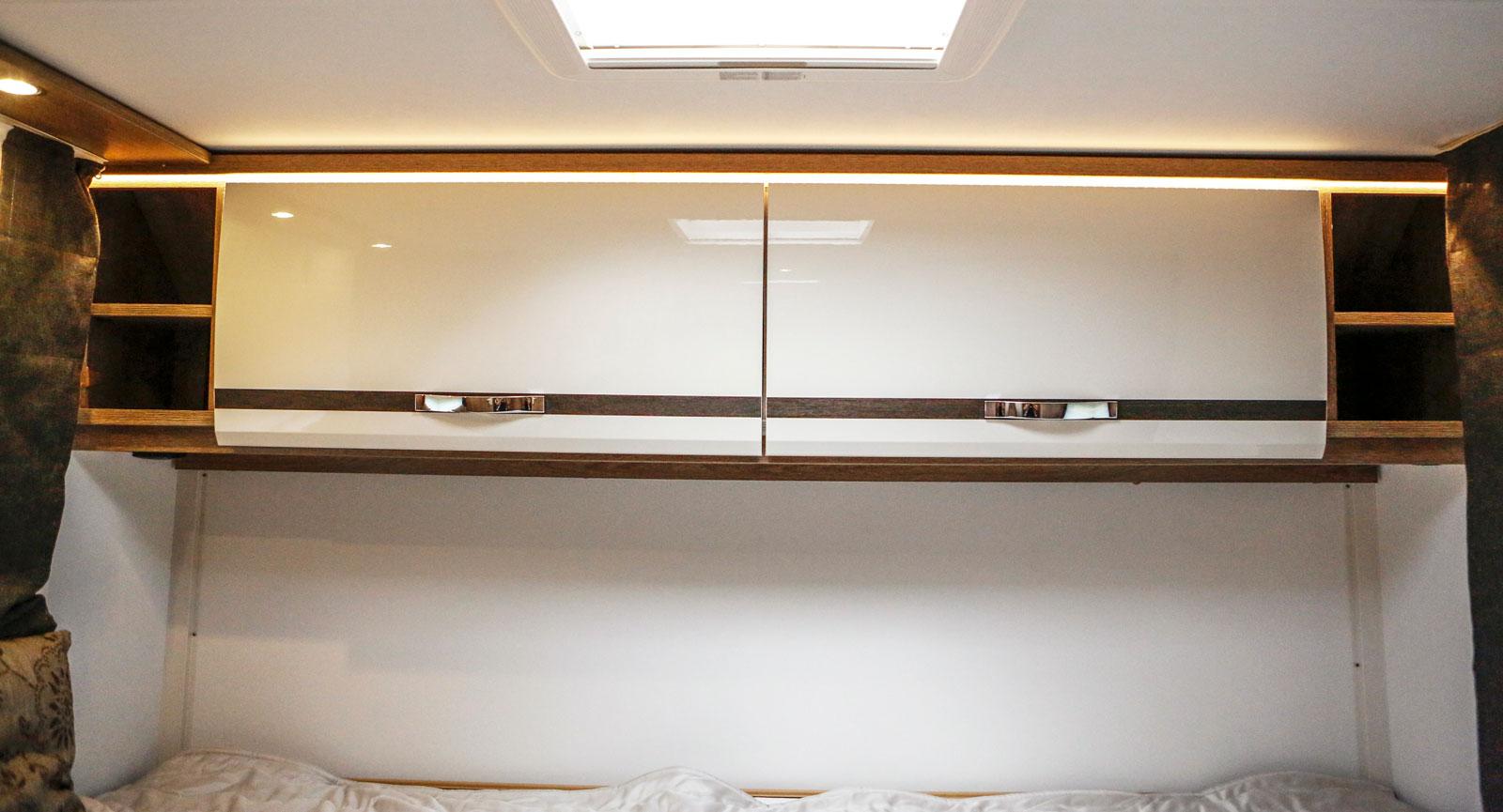 """Dubbla överskåp och indirekt belysning i bakre """"sovrummet."""""""