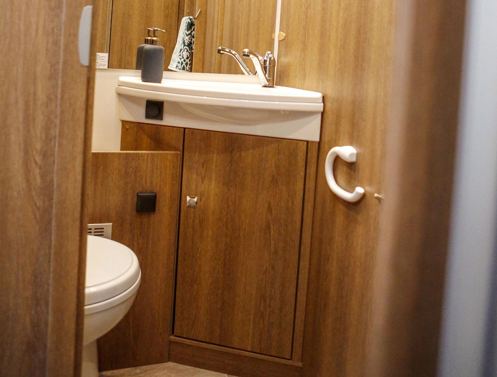 Toalett och dusch åtskilda.