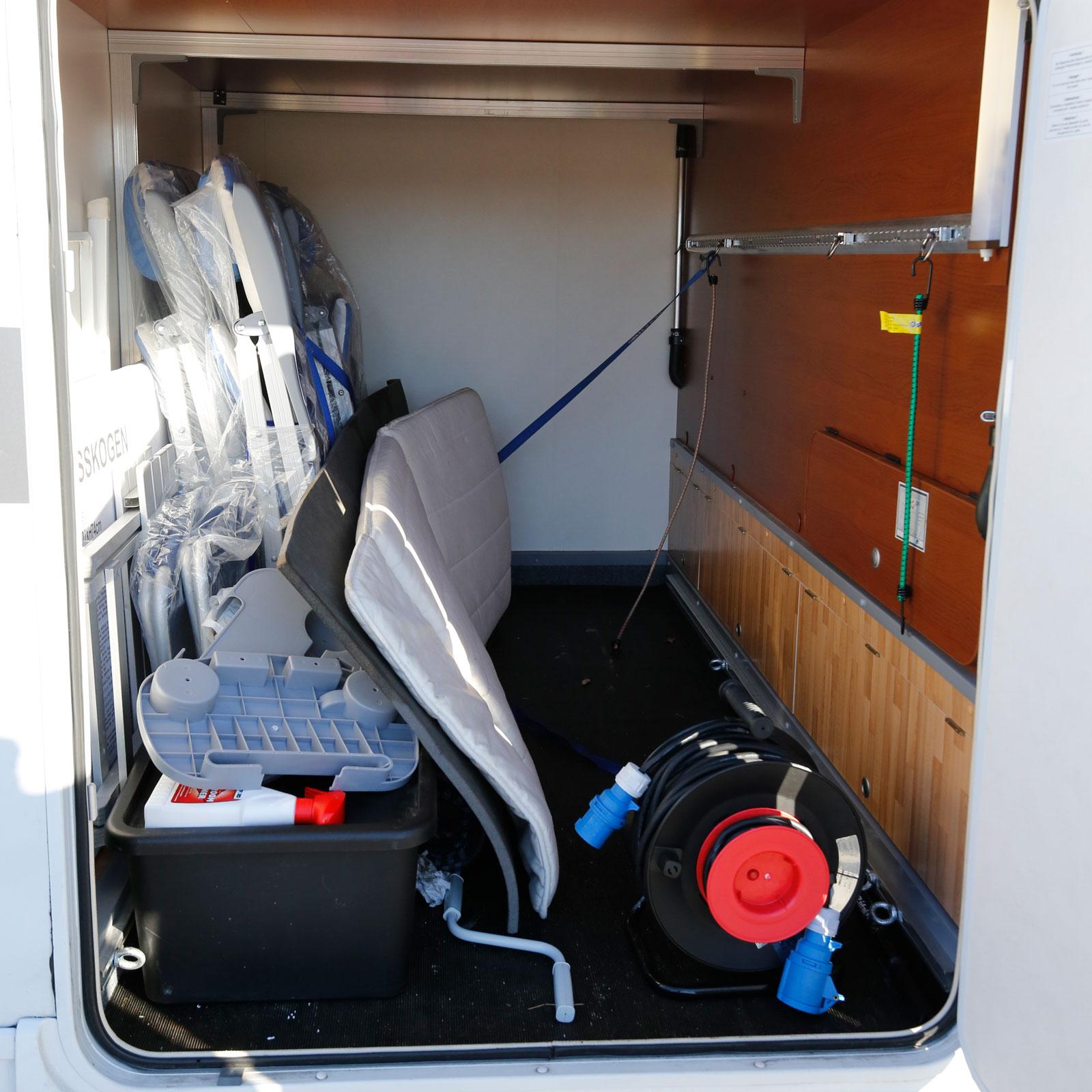 Lastskenan upptill är bra för att spänna fast elcyklarna.