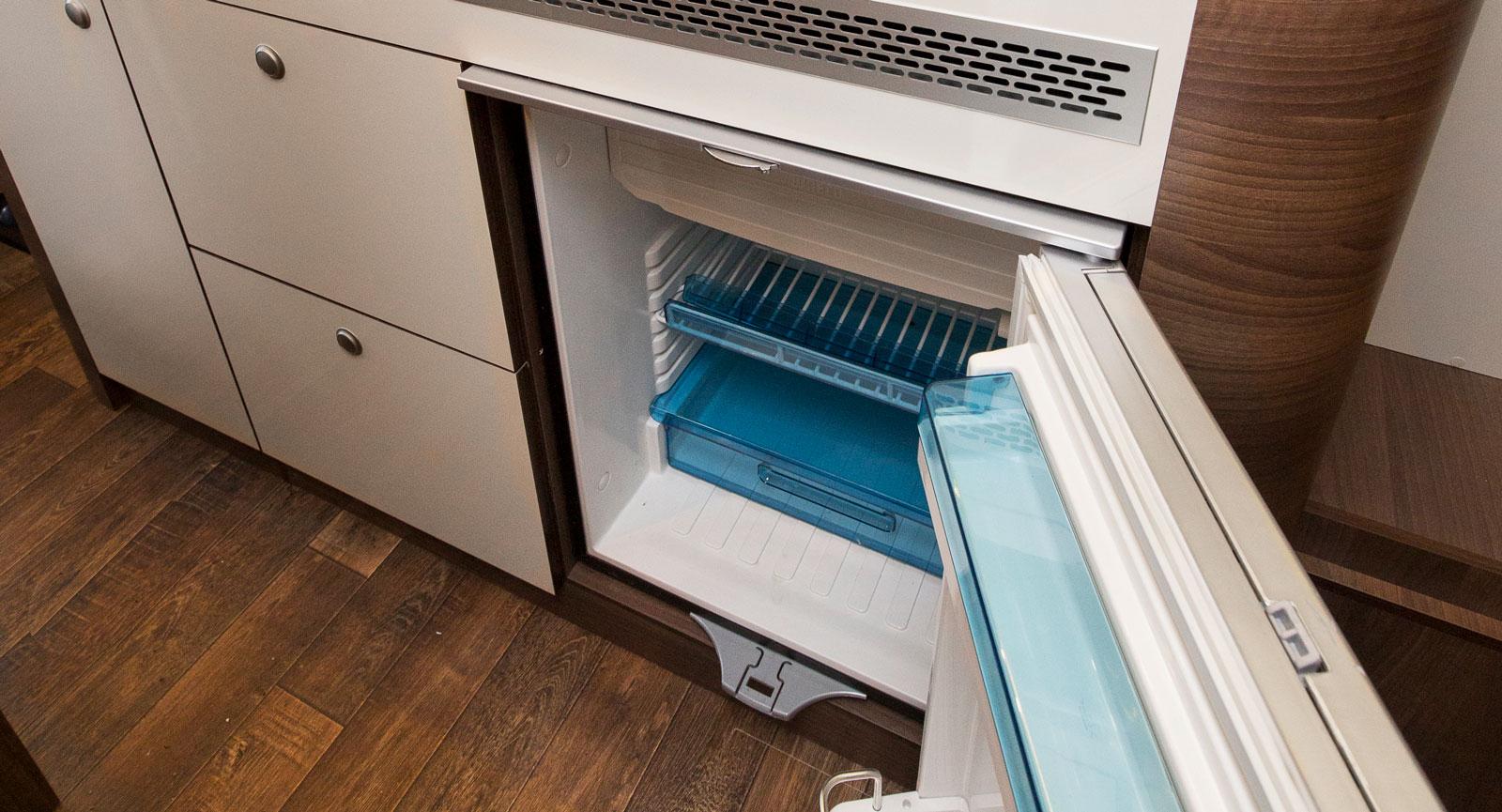 Kylskåpet är i minsta laget. Till de flesta andra planlösningar kan ett större väljas. Men till Pathfinder V är det detta som gäller.