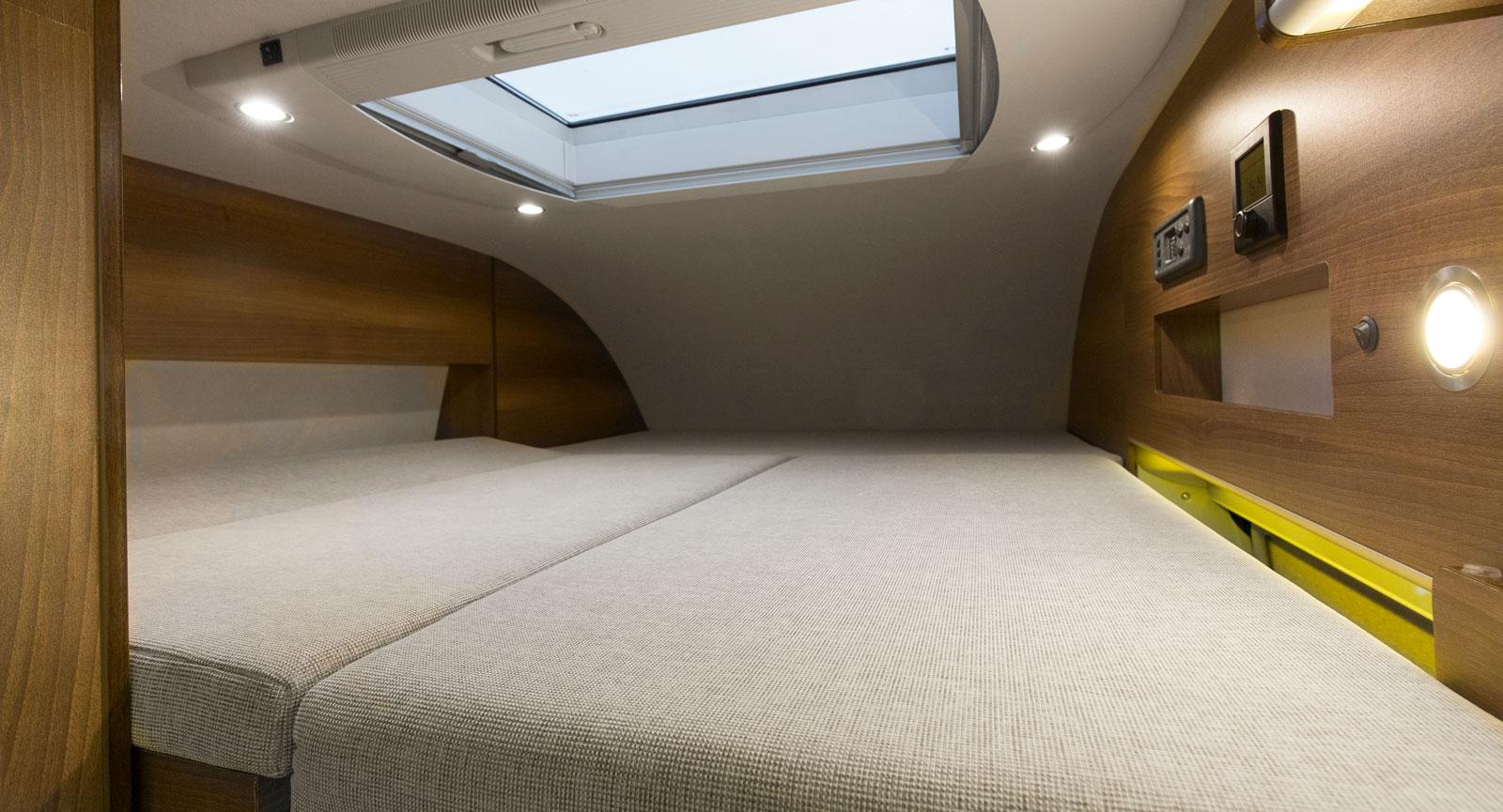Bäddmadrass behövs för komforten i taksängen. Hoprullad får den plats i främre delen ovanför hytten. Bra med stor taklucka!