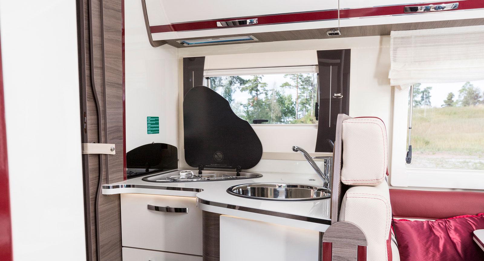 Luckor och lådfronter är glansigt vita vilket gör att köket känns betydligt ljusare och piggare än med mörka träluckor.