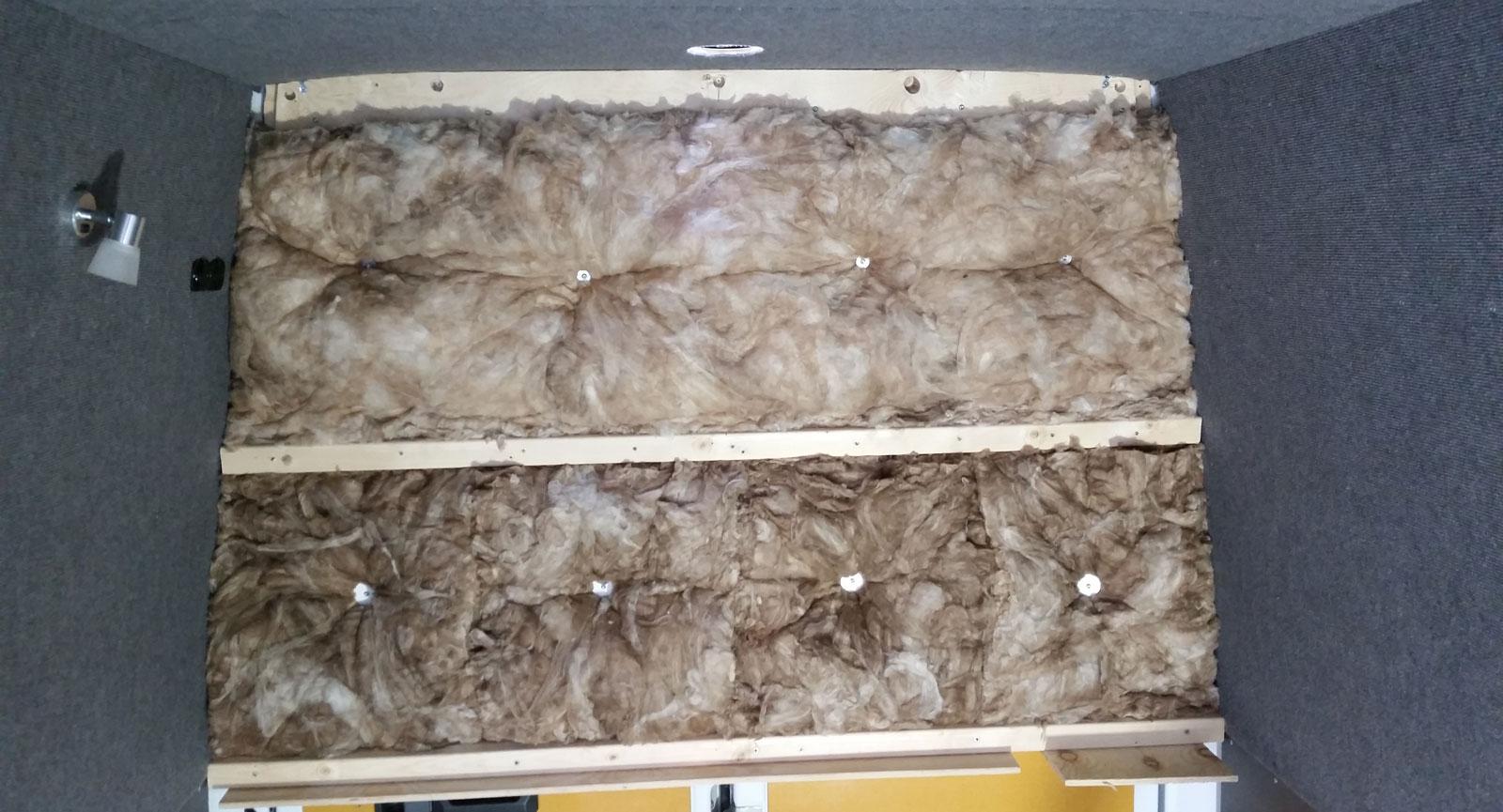 Isolering i sovdelens tak, golv och väggar. Här innan innan plywood sattes upp.