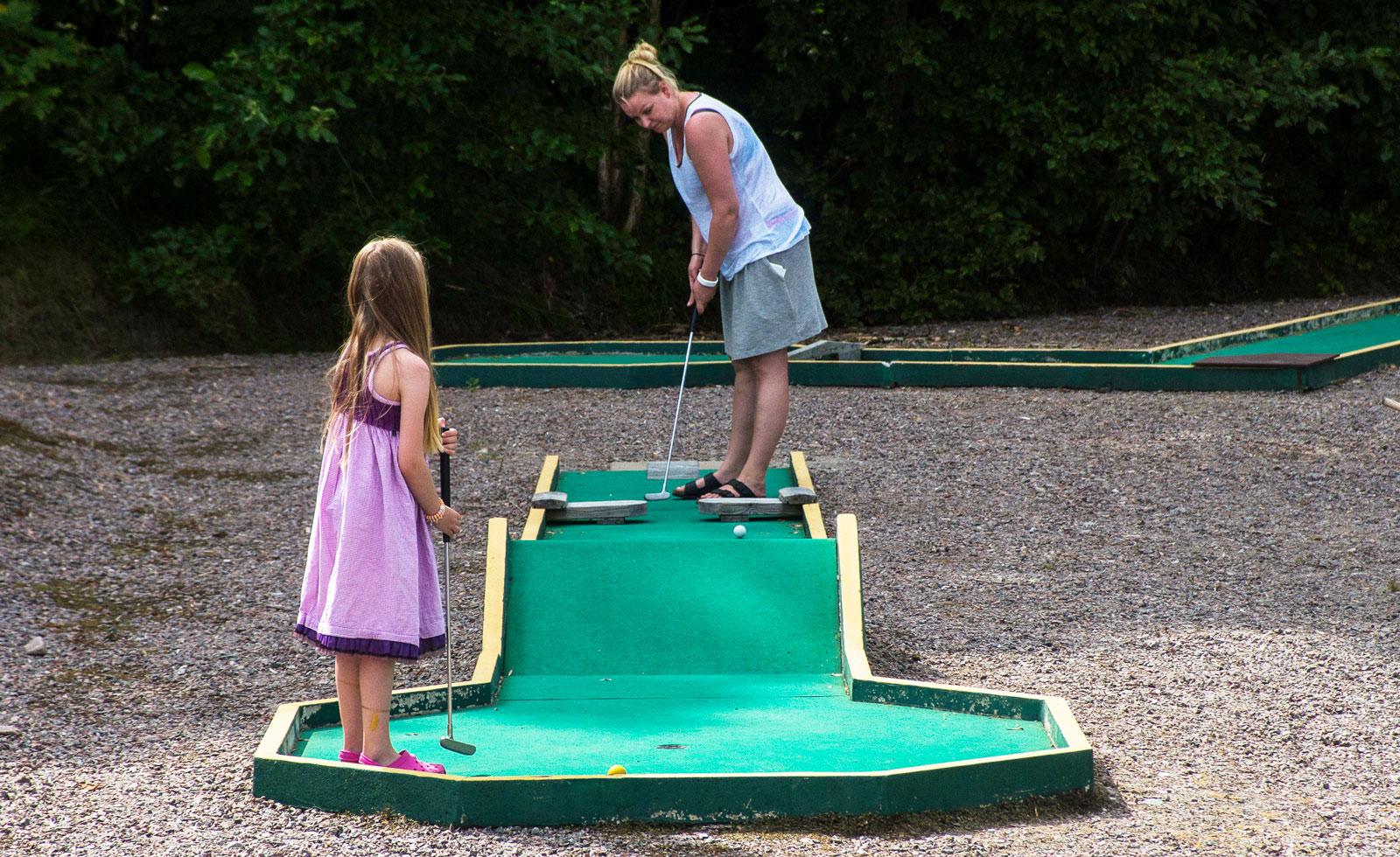 En traditionell minigolfbanan hittar vi också på Camp Grinsby.
