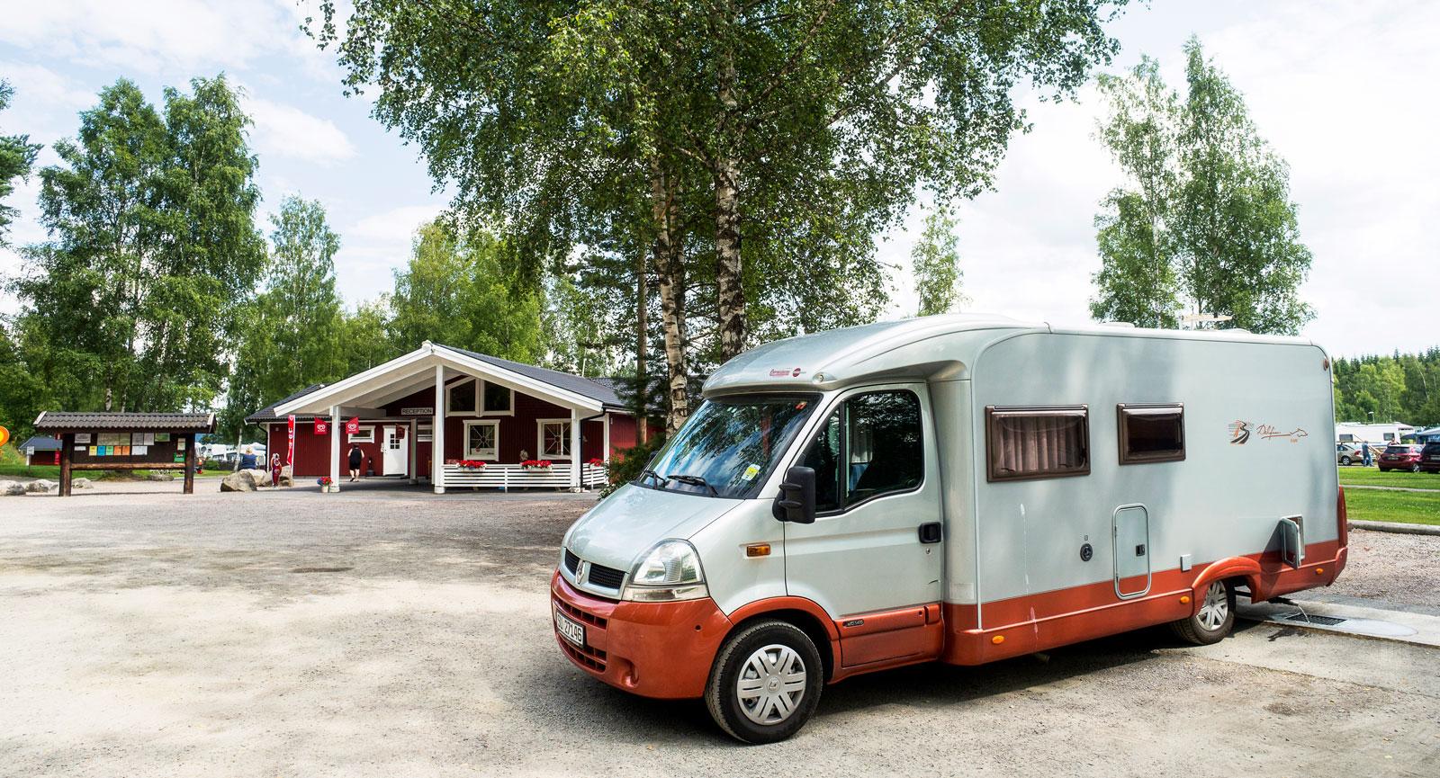 Camp Grinsby har full service med tömningsmöjligheter och även en liten ställplats strax utanför receptionen.