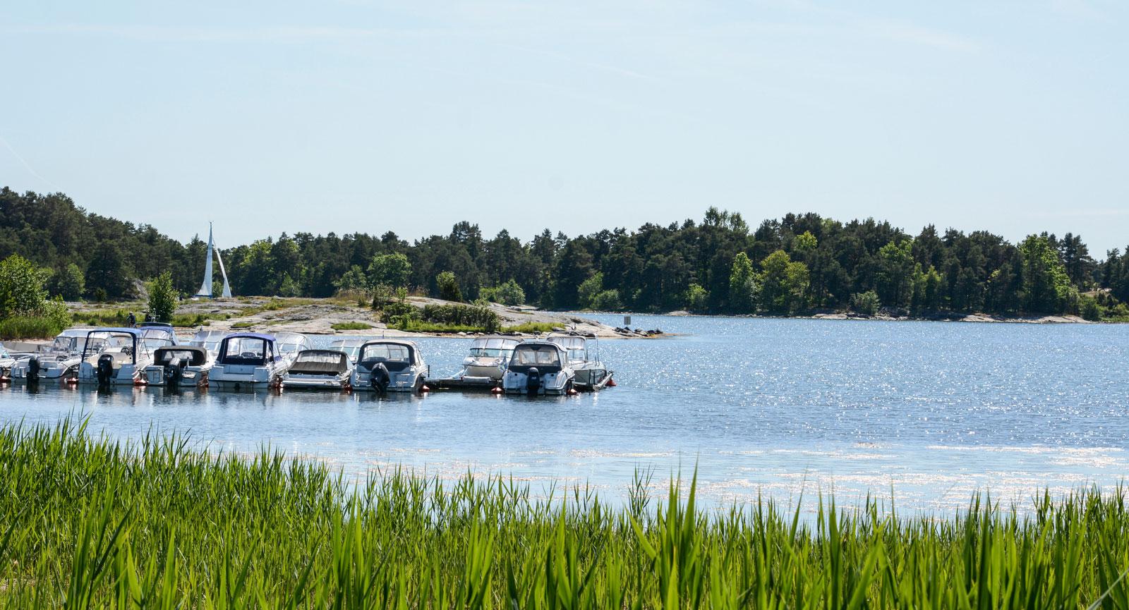 Båtplatserna ligger precis nedanför campingen, där ligger även parets Uttern D55 förtöjd.