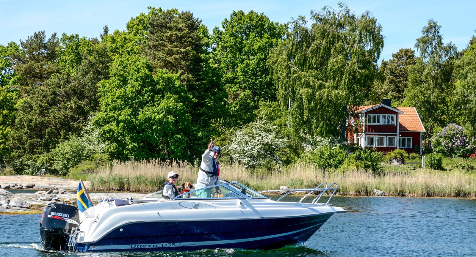 Marcus, Christine och hunden Alice tar gärna en båttur.