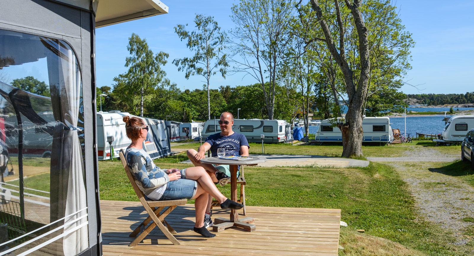 Som en sommarstuga fast med fler möjligheter och färre krav. Så beskriver Marcus och Christine sitt nya fritidshus på hjul.