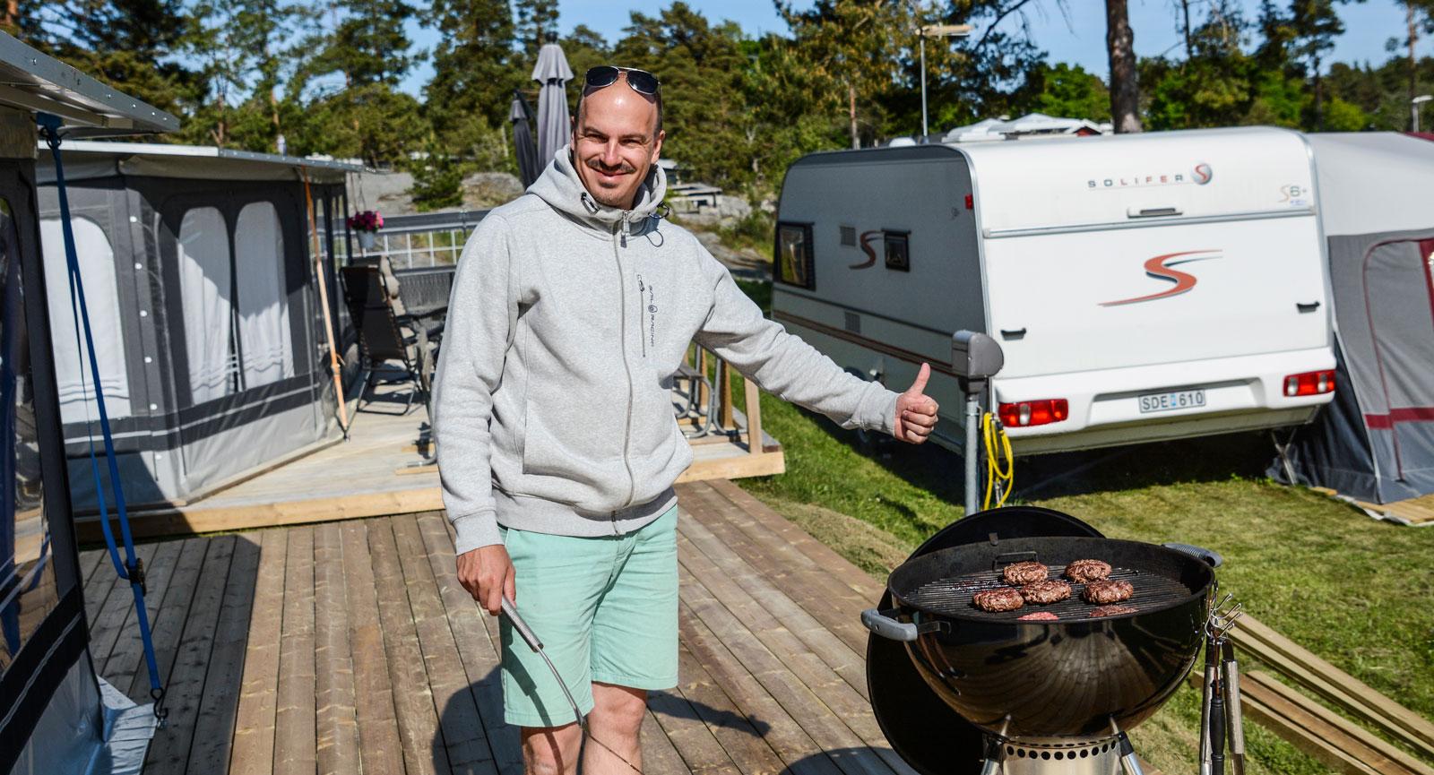 Grillkungen i färd med att tillreda sin alldeles egna specialitet, Öska-burgare.