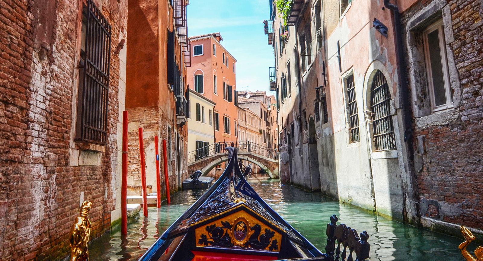 Vackra utsmyckade båtar kan man hyra med sin alldeles egna gondoljär som guidar en runt stadens smala gränder.