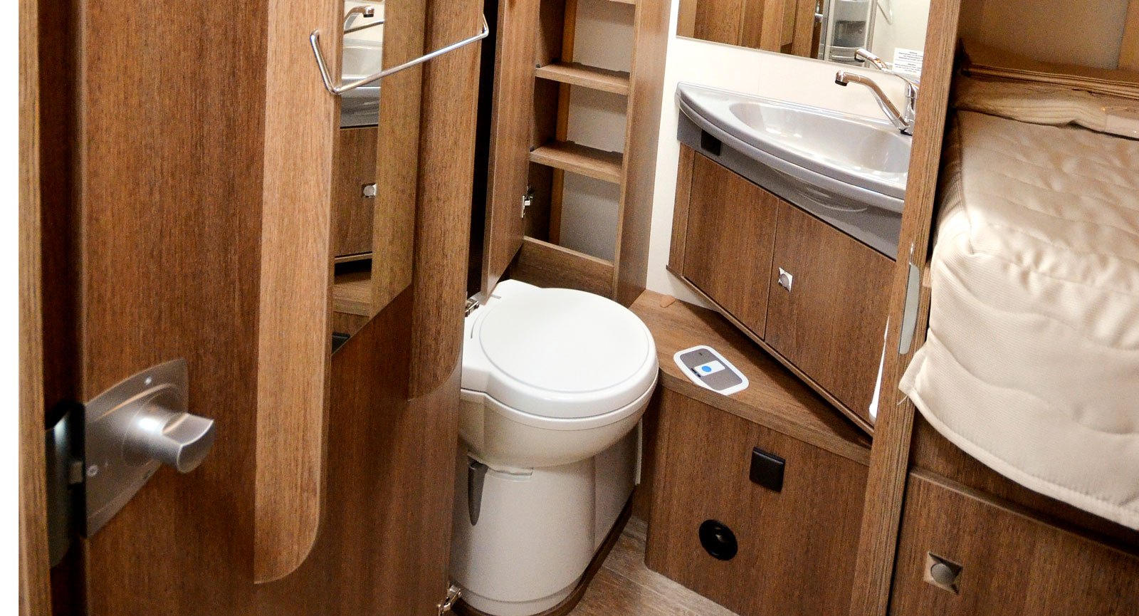 Toaskåpet har sex hyllplan och dörr vilket ger bra möjligheter till förvaring. Även under handfatet finns det plats för prylar.
