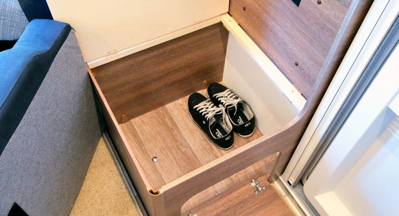 Under sidosätet är det helt tomt vilket ger ett rymligt utrymme för skor och kängor.