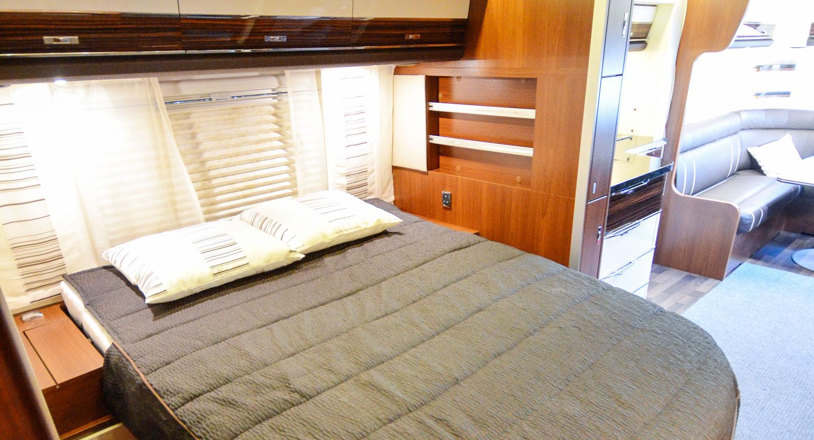 Slide outen är tvådelad mellan sovrummet och köket. När konstruktionen dras in höjs sängens huvudända.