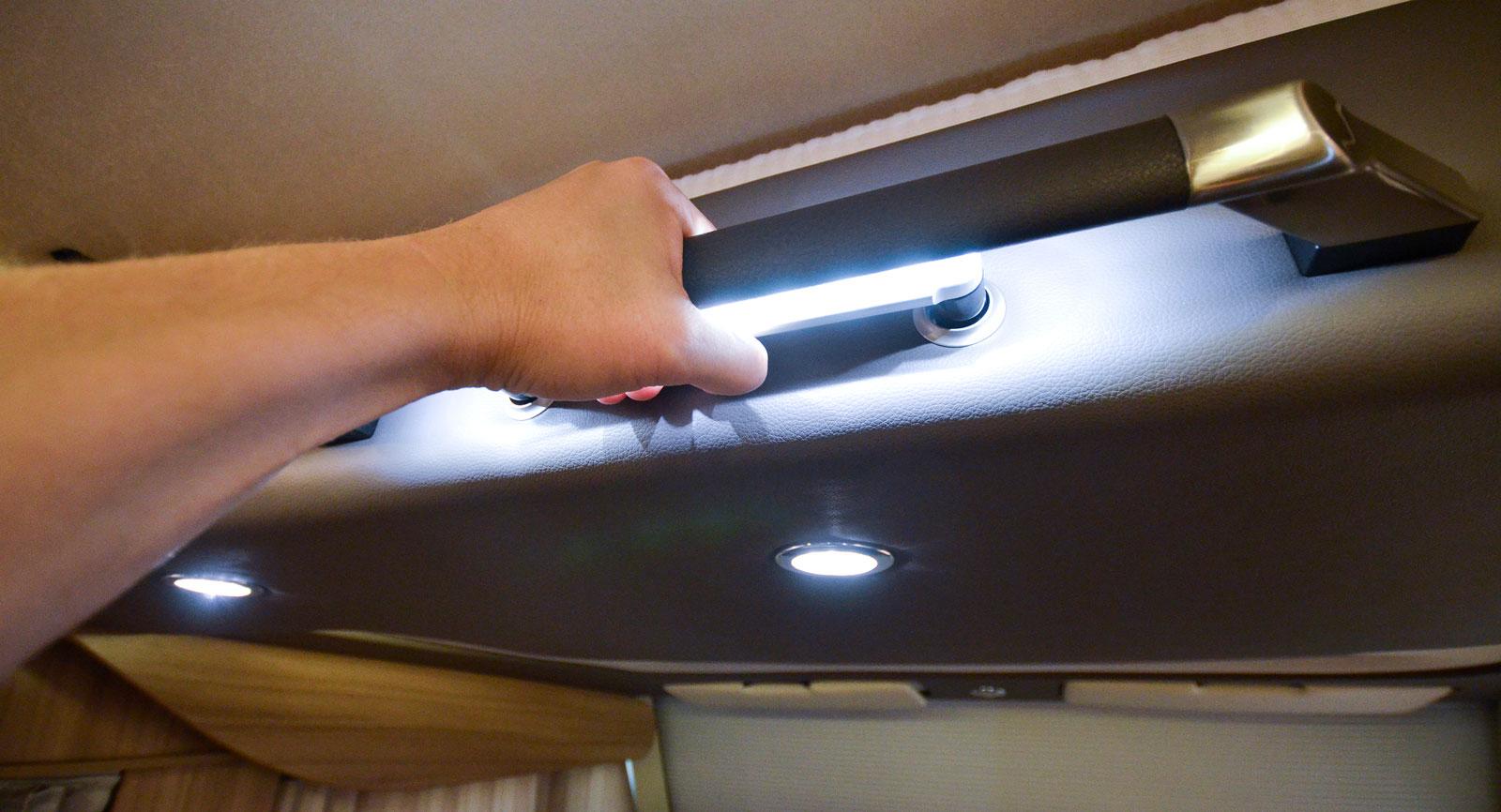 Led-ljusen skapar en stämningsfull atmosfär, men de kan också användas för att leda till vissa detaljer som ledstång eller handtag för taksäng.