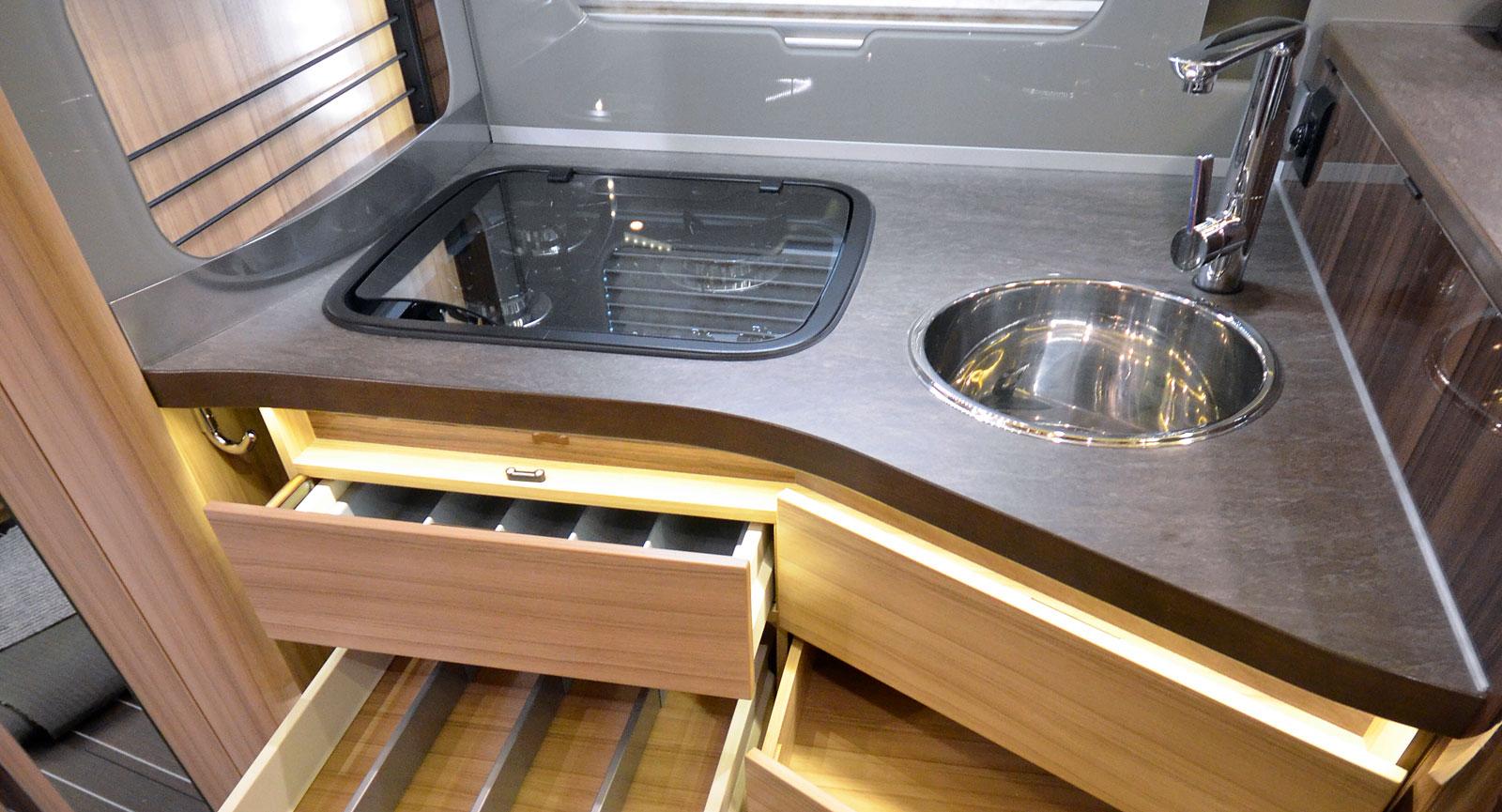 Köket bjuder på bra lösningar inför matlagningen med gott om lådor. Arbetsytorna är, om inte jättestora, så i alla fall godkända.