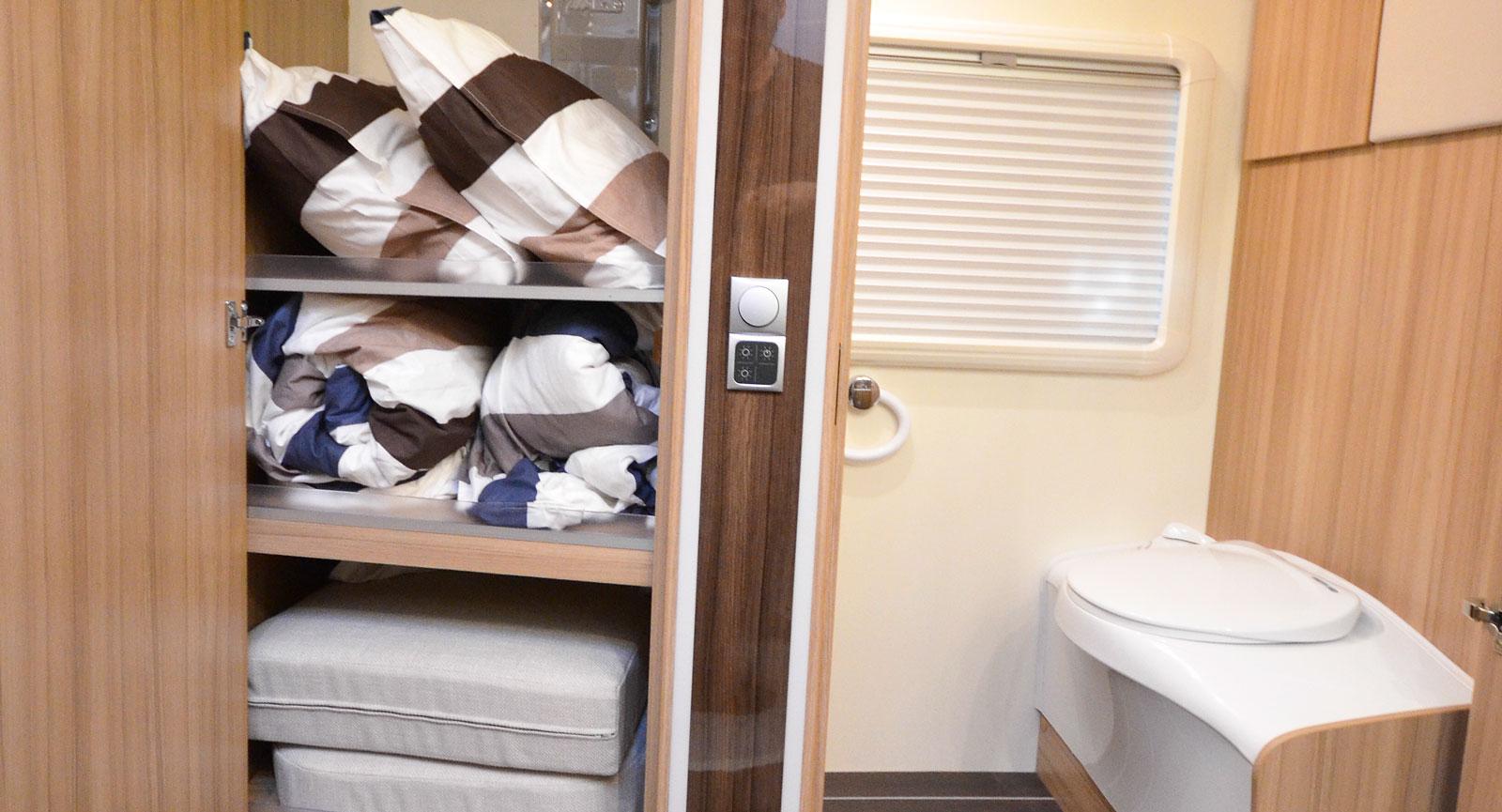 Det stora klädskåpet med hyllor och klädstång. I toalettutrymmet intill går det bra att torka kläder och handdukar på en stor handdukstork som inte syns på denna bild.
