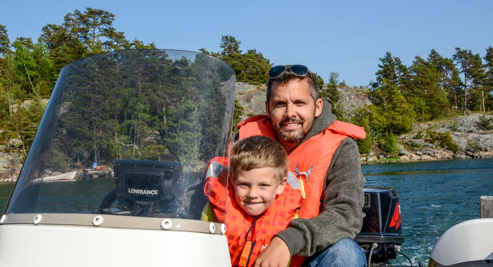 Den som vill utforska skärgården till havs kan hyra båt ett stenkast från campingen.