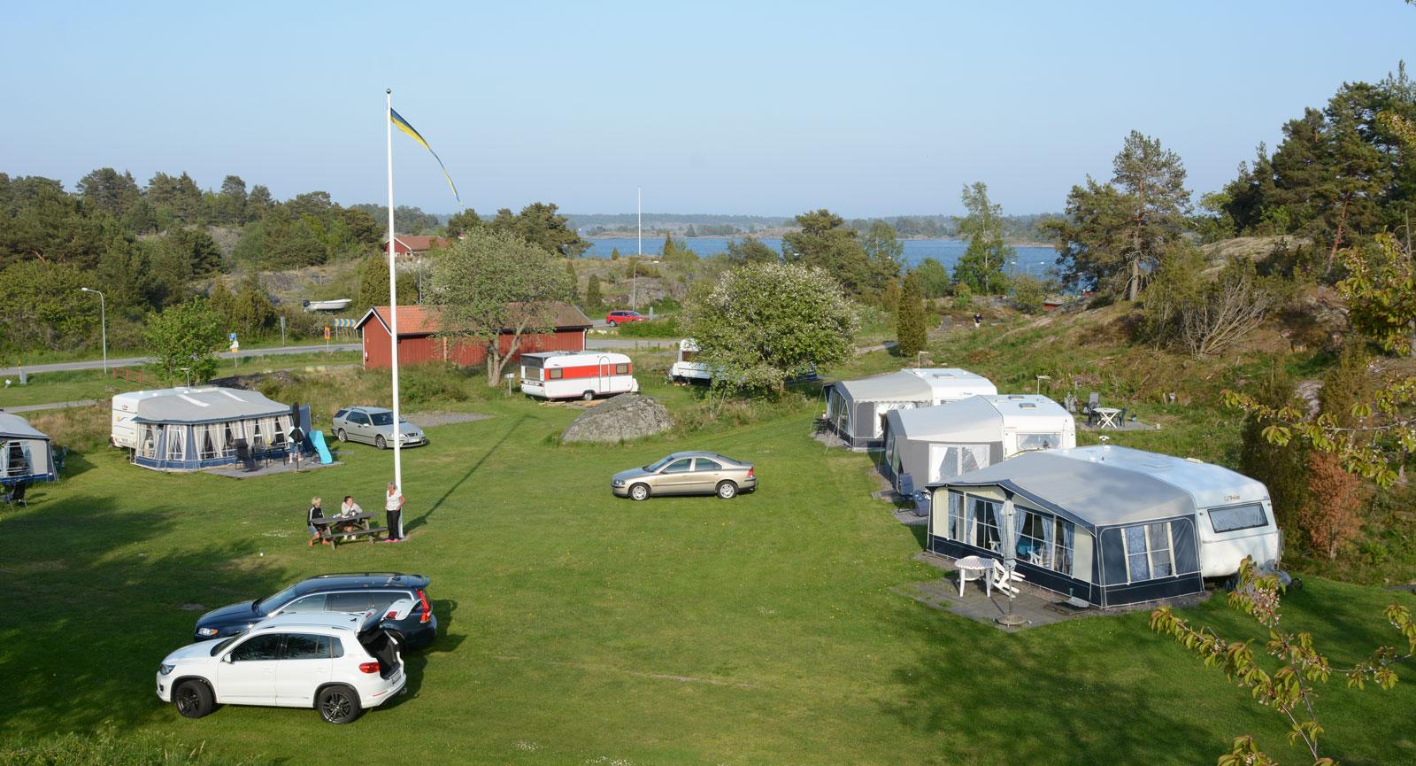 På Tyrislöt Camping bor du med havet inpå fritidsfordonsknuten.
