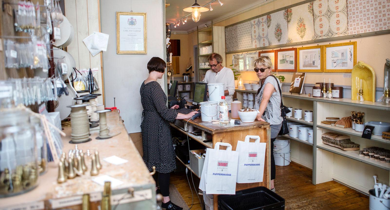 Doften av linoljefärg sprider sig i butiken. Bakom disken står Berglind Gudmundsdottir och hjälper kunderna med rådgivning i sina renoveringsprojekt.