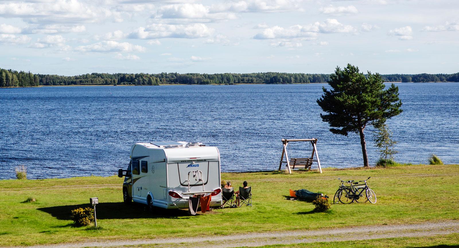 Det finns gott om lugna och naturnära campingar i området, som Färnebofjärdens camping strax innan Gysinge.