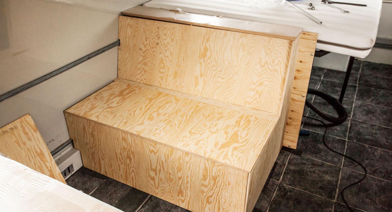 Soffornas stomme är gjorda av plywoodbitar. Här löst ditlagda för att se så det funkar.