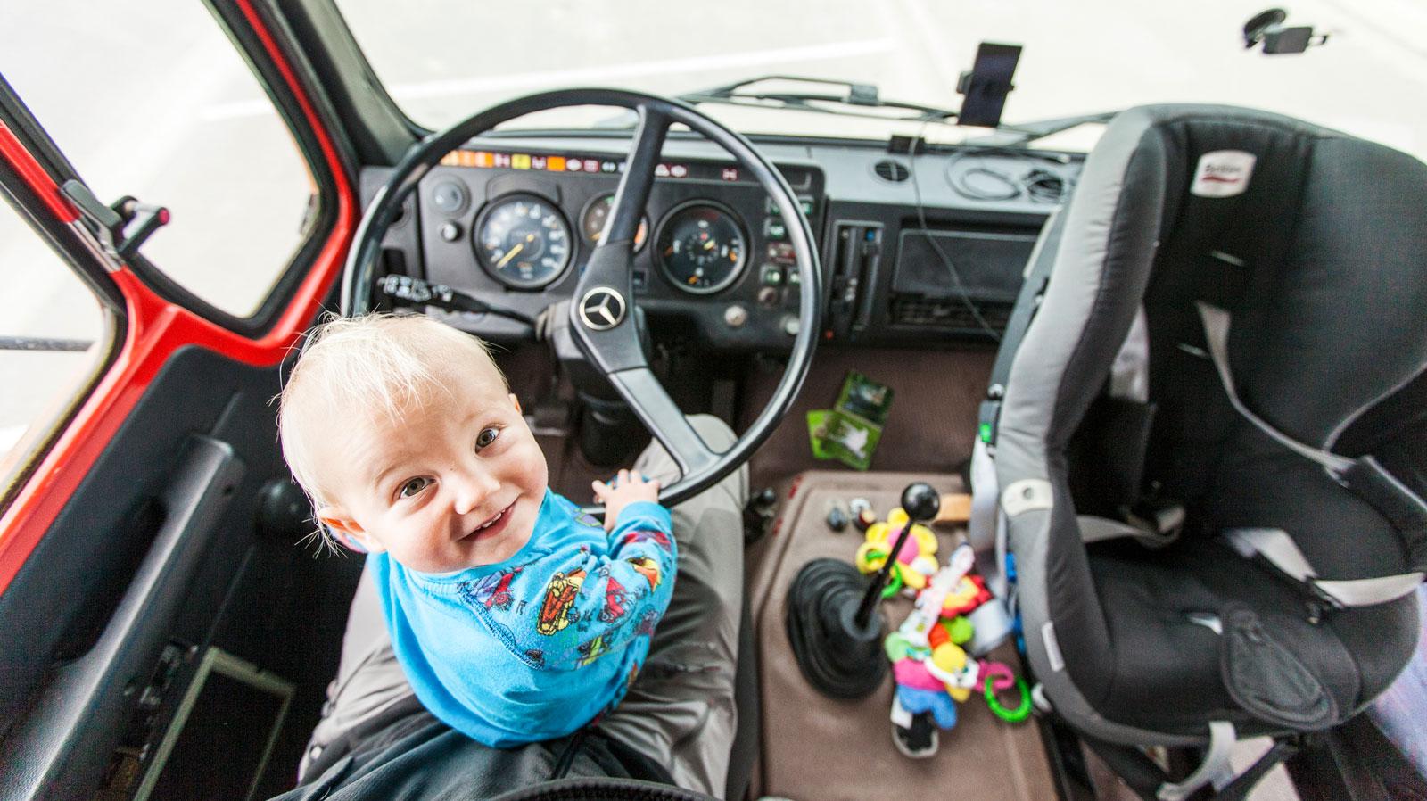 Leo tar gärna över ratten när mamma och pappa är trötta.