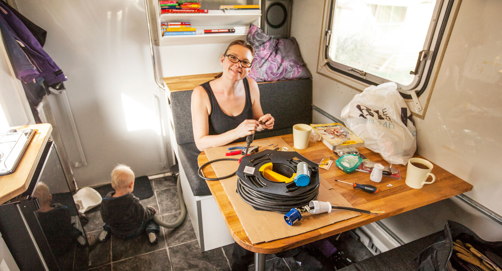 Lite kompletteringsbygge under resans gång. Matilda tar en kopp kaffe och snor ihop en skarvsladd för extern el.