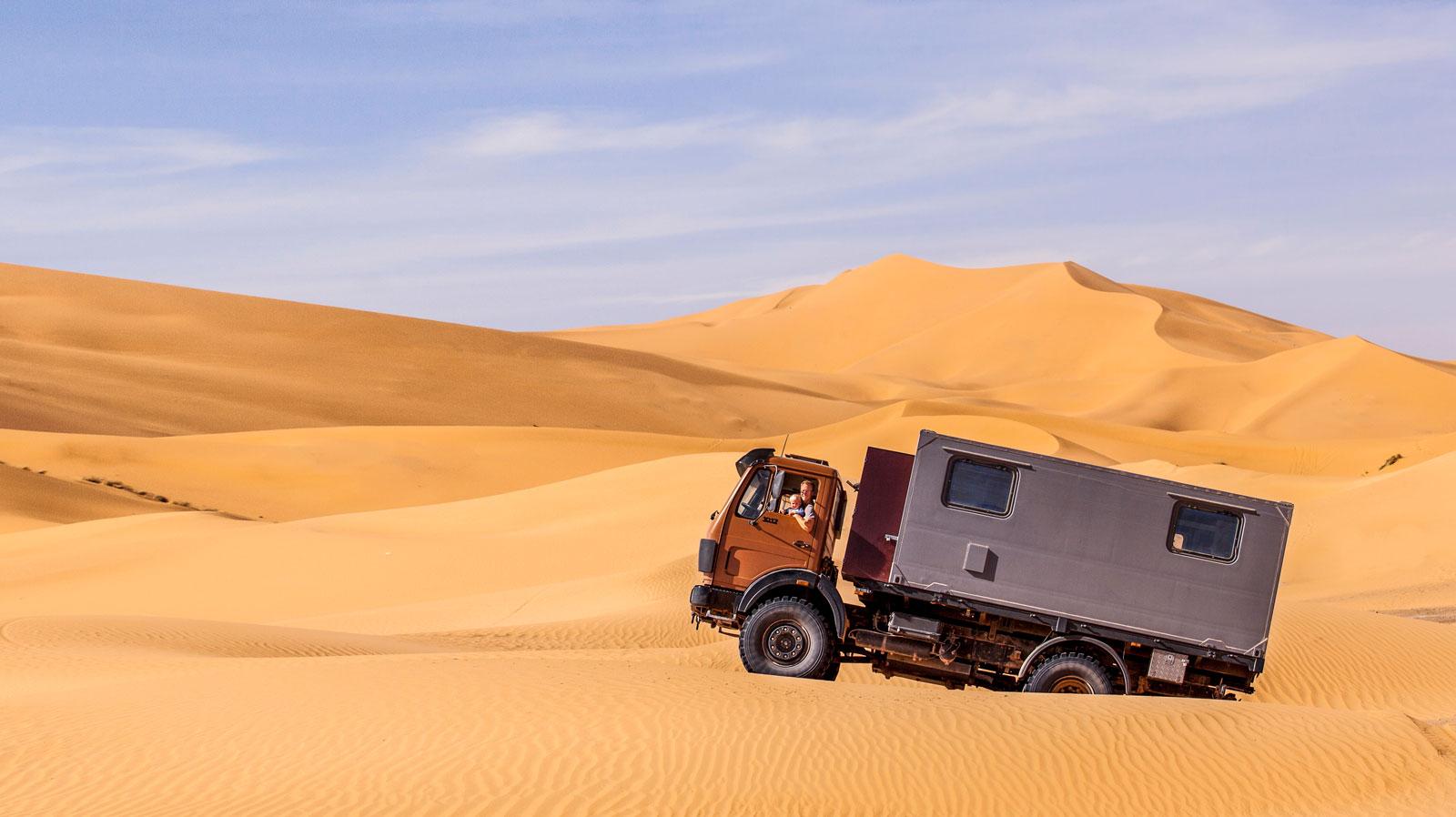 Körning i sanddyner är ingen match för denna terränghusbil.