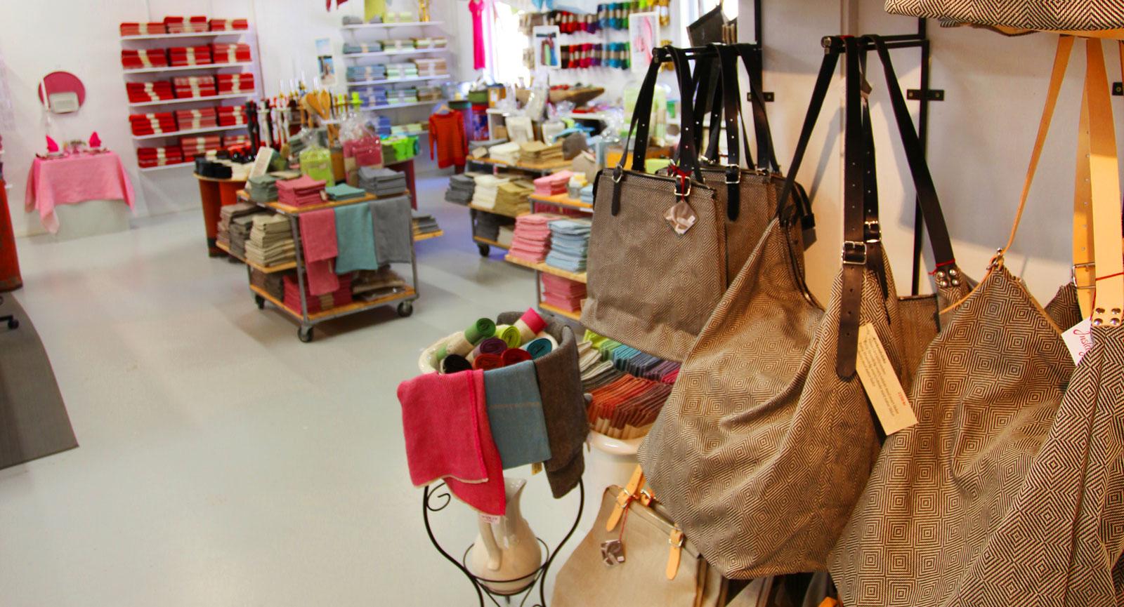 Urvalet av linprodukter som finns att köpa hos Växbo Lin sträcker sig från väskor till dukar.