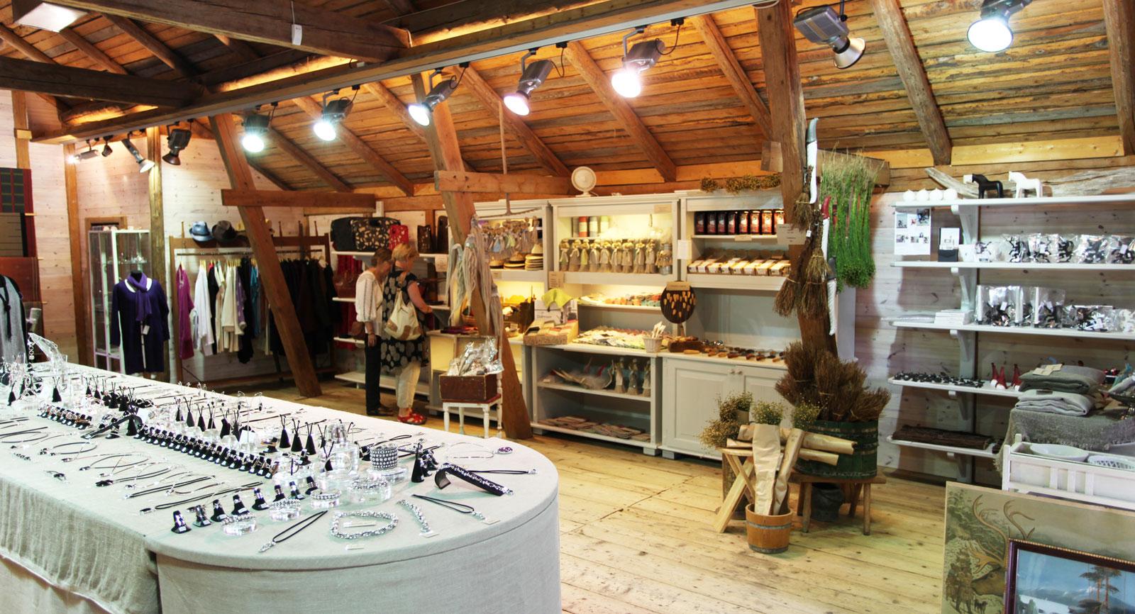 Hantverk, delikatesser och kläder till försäljning i en av alla röda småhus vid Växbo Kvarn.
