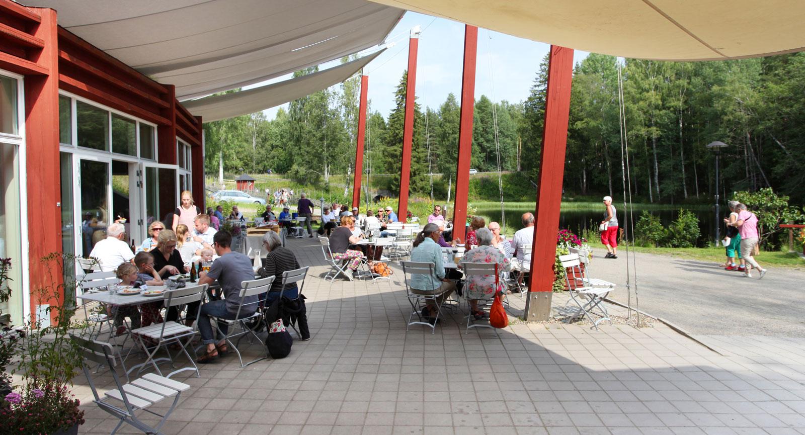 Lunchpaus i vacker miljö går inte av för hackor. När Växbo Krog öppnade för dagen blev borden snabbt upptagna.