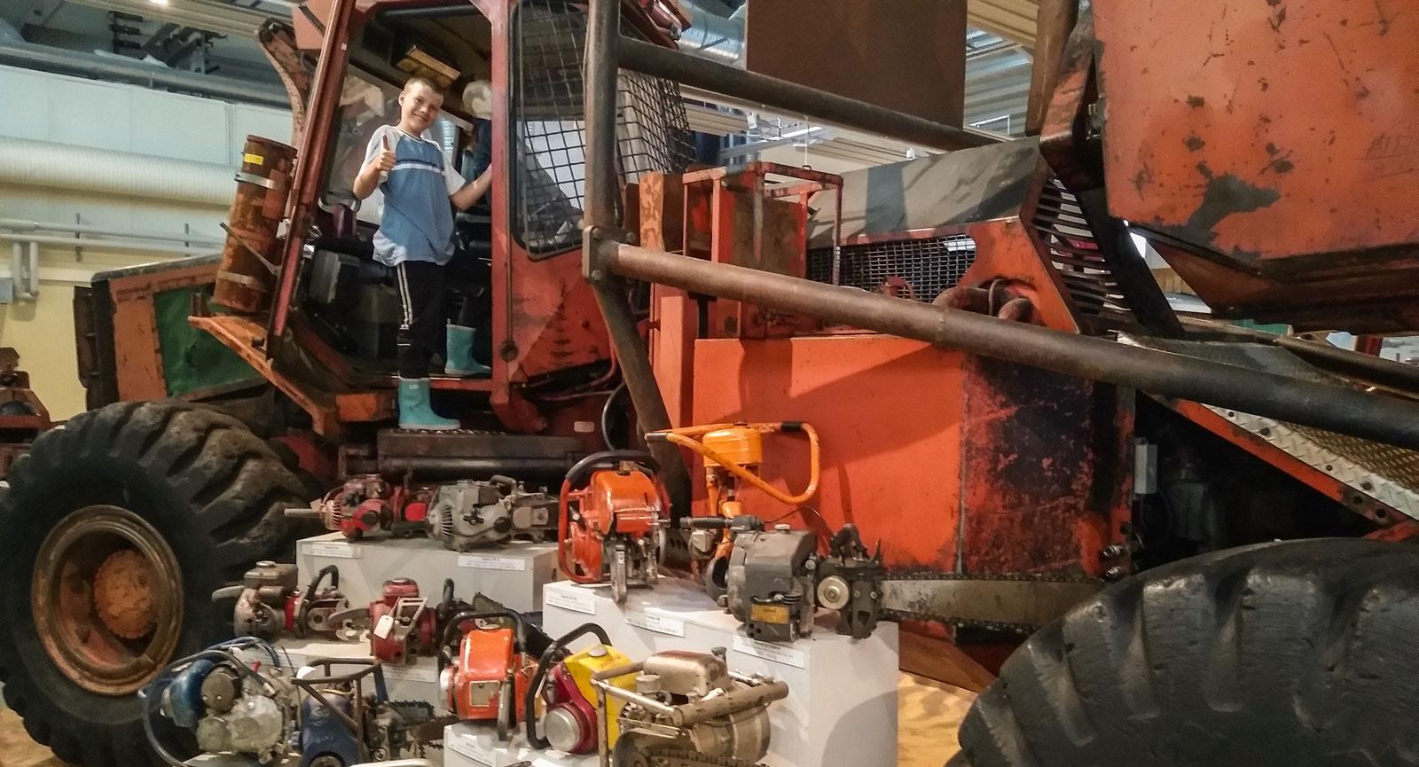 I Skogsmuseet hittar du flera skogsmaskiner.