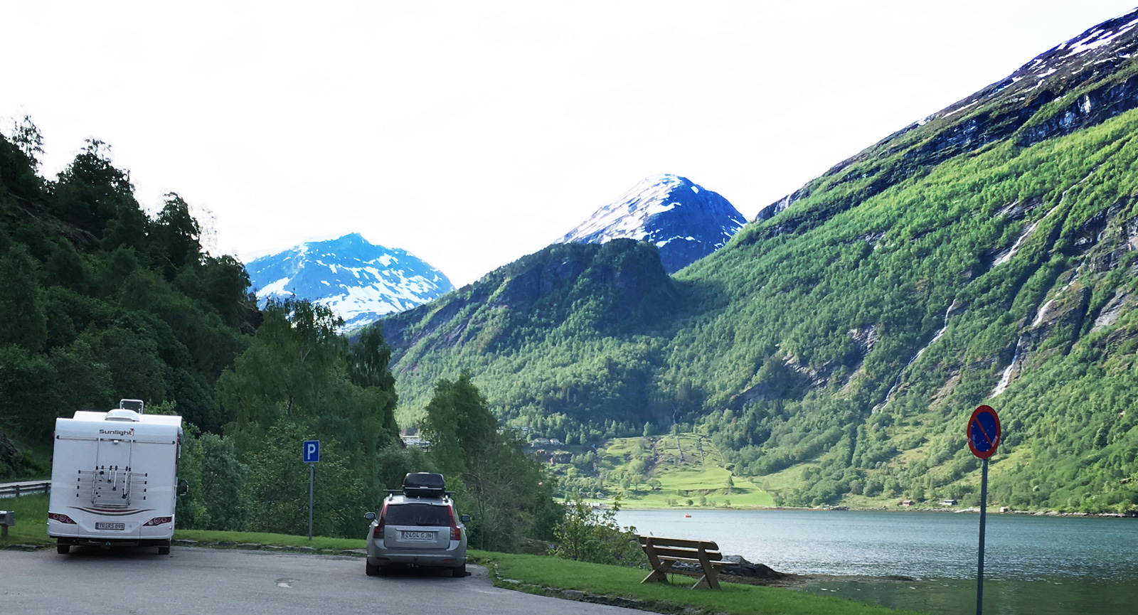 Längst ner i Geirangerfjorden finns både campingar och parkeringsplatser. Möjligen med världens vackraste omgivningar.