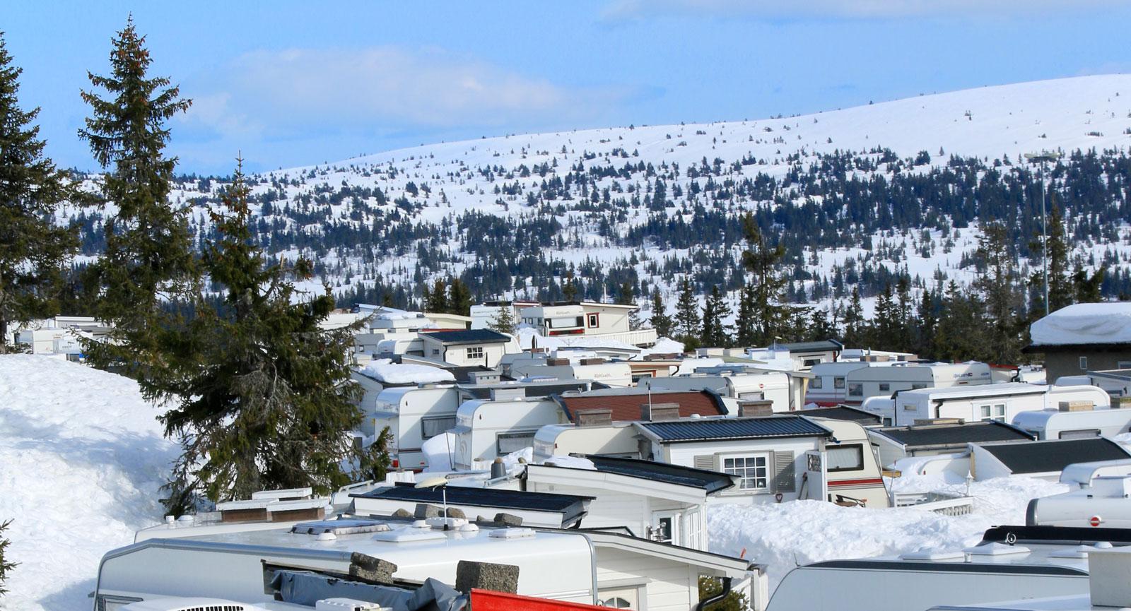 Närhet. Sjusjøtunets camping ligger nära spårcentralen och här är det tätt mellan den norska företeelsen spiketält. Förtält i form av små stugor.