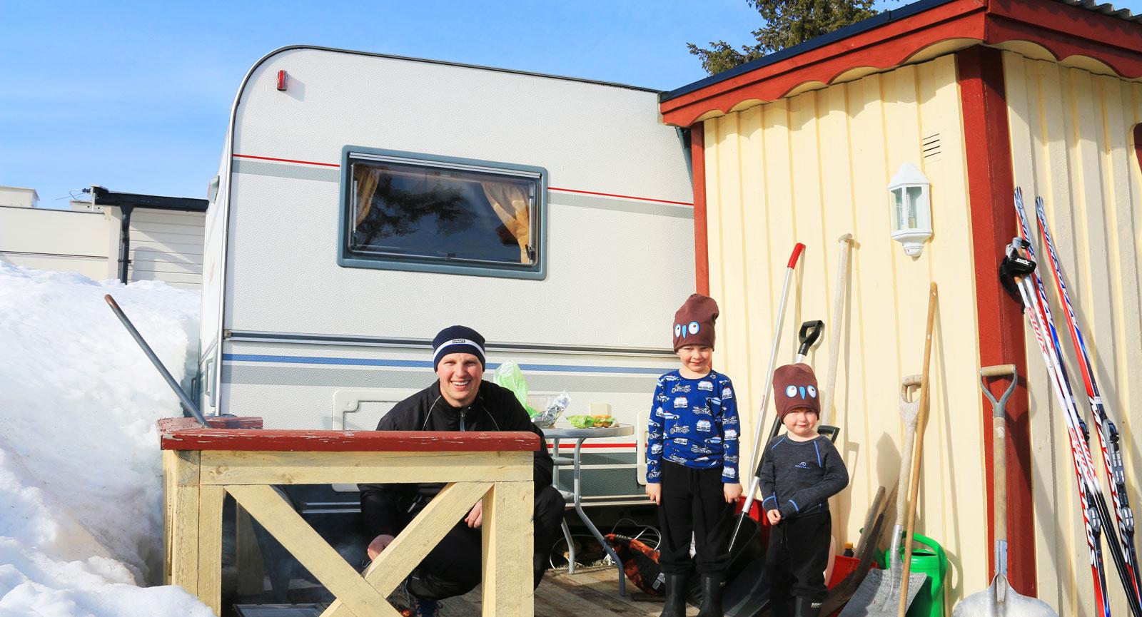 Spiketält. Svenske Peter Nolander med sönerna Nemo och Noa gillar campinglivet.