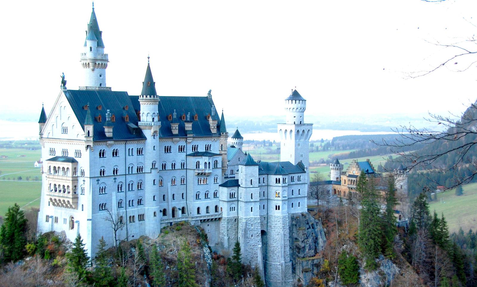 Neuschwanstein i södra Tyskland är ett populärt resmål.