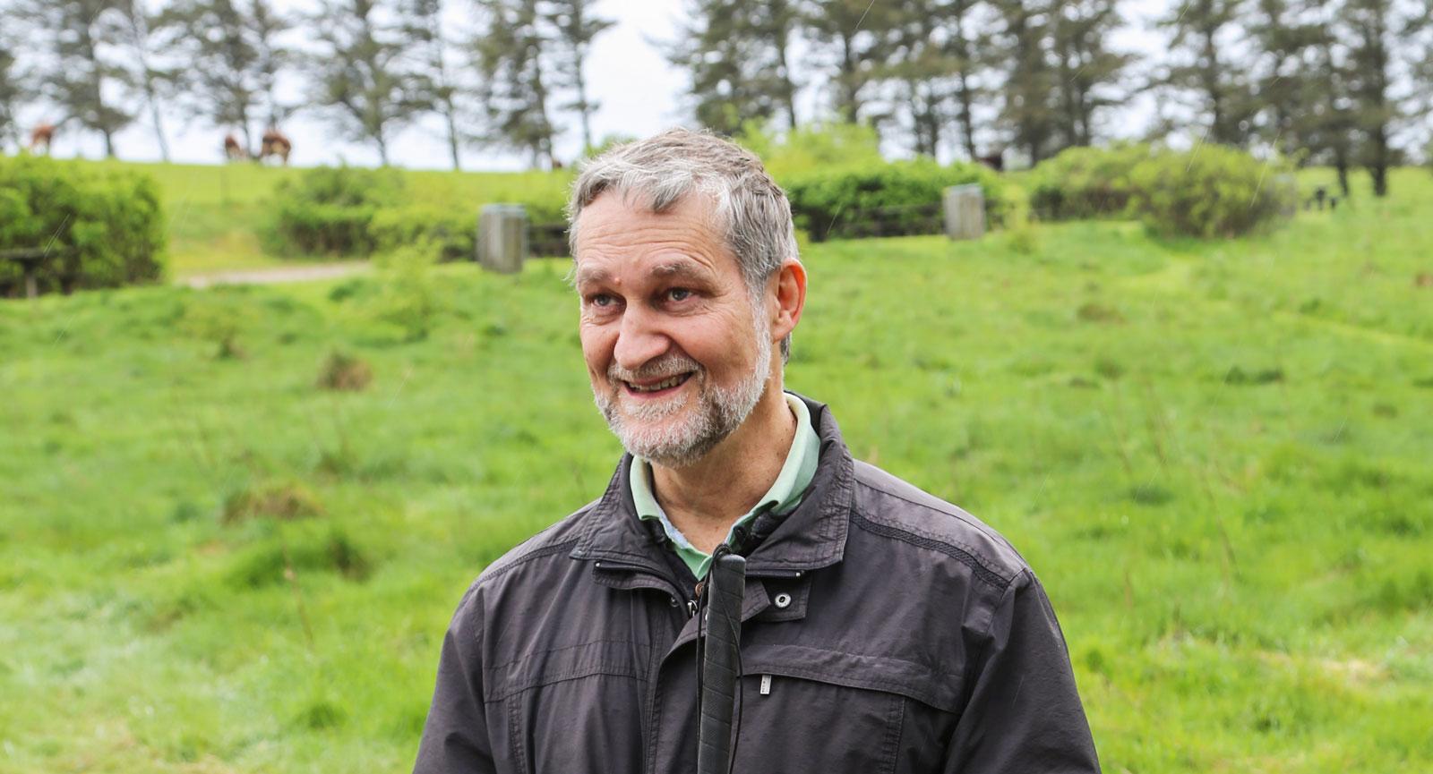 John Brinch Bertelsen guidar runt på ön trots att han är blind.