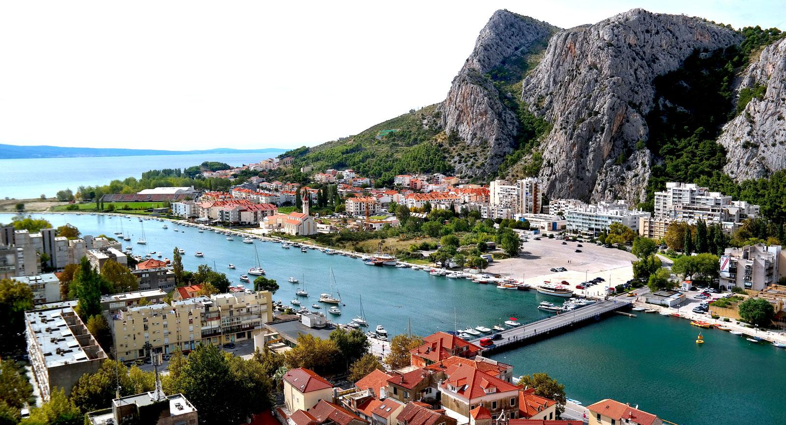 Kroatiska Omis är en vacker kuststad som ligger i ett landområde som kallas Dalmatien.