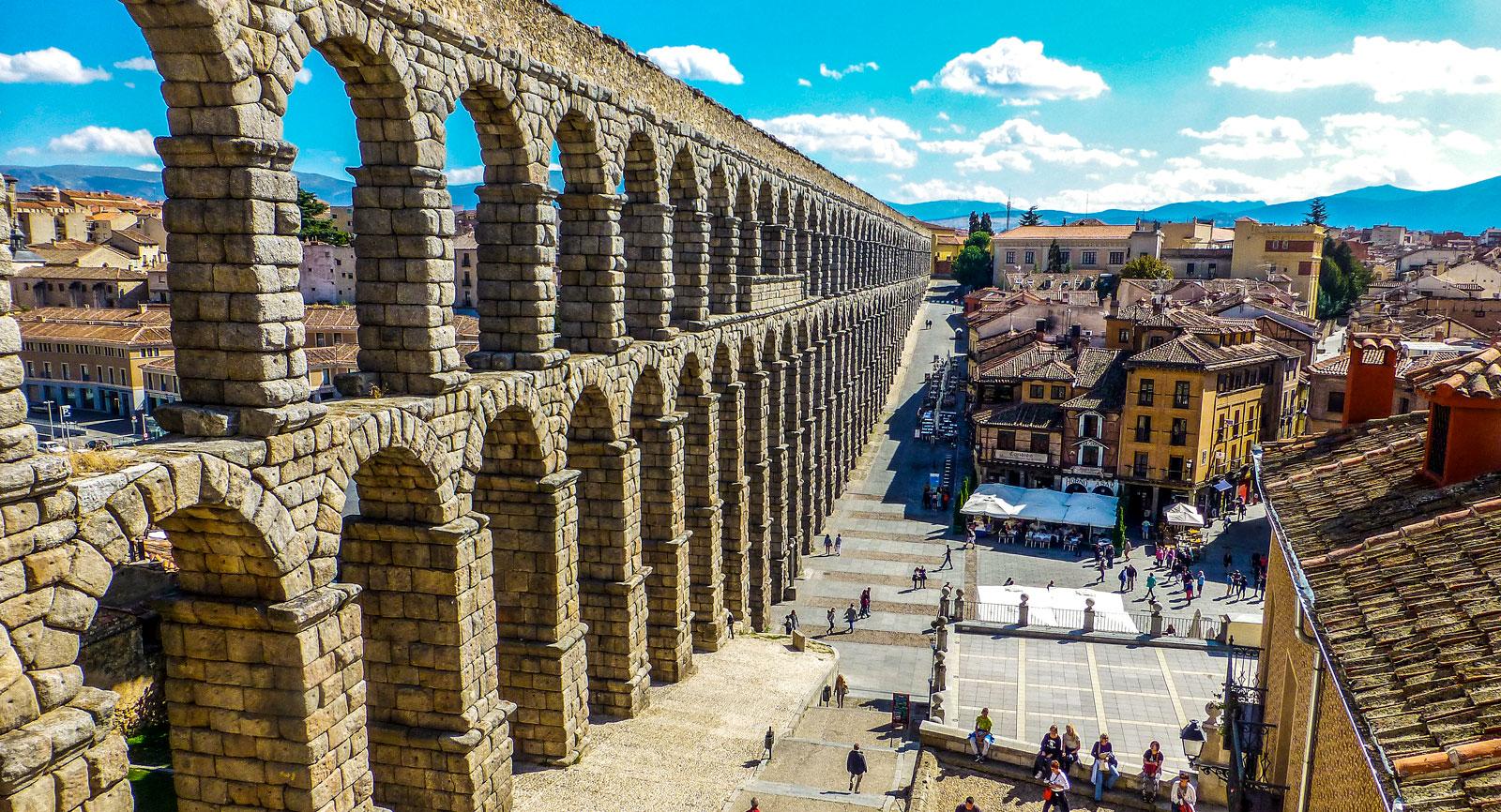 Den 2000 år gamla akvedukten går genom centrum i Segovia.