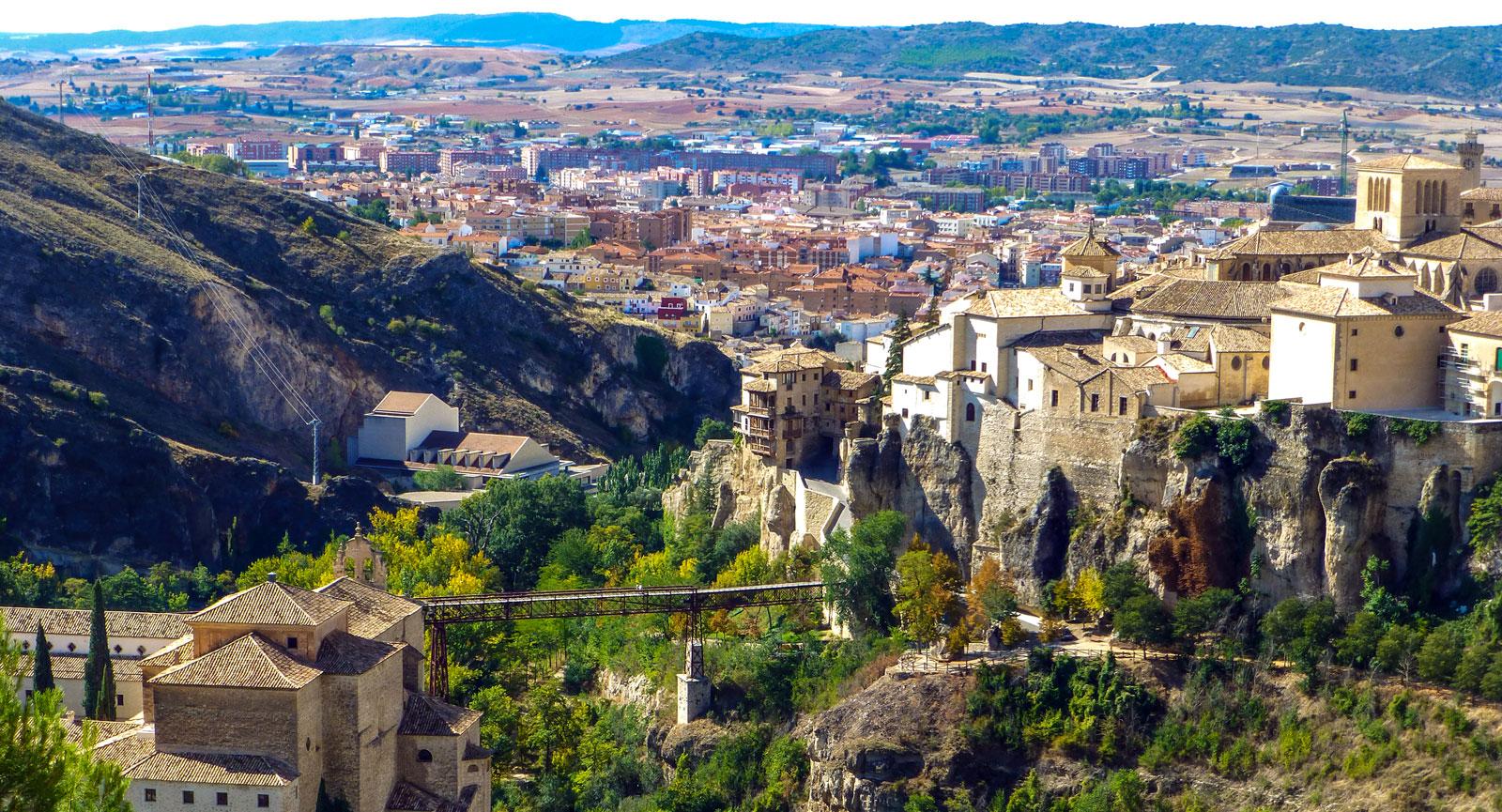 Cuenca, med hus som byggts direkt över de lodräta klipporna.