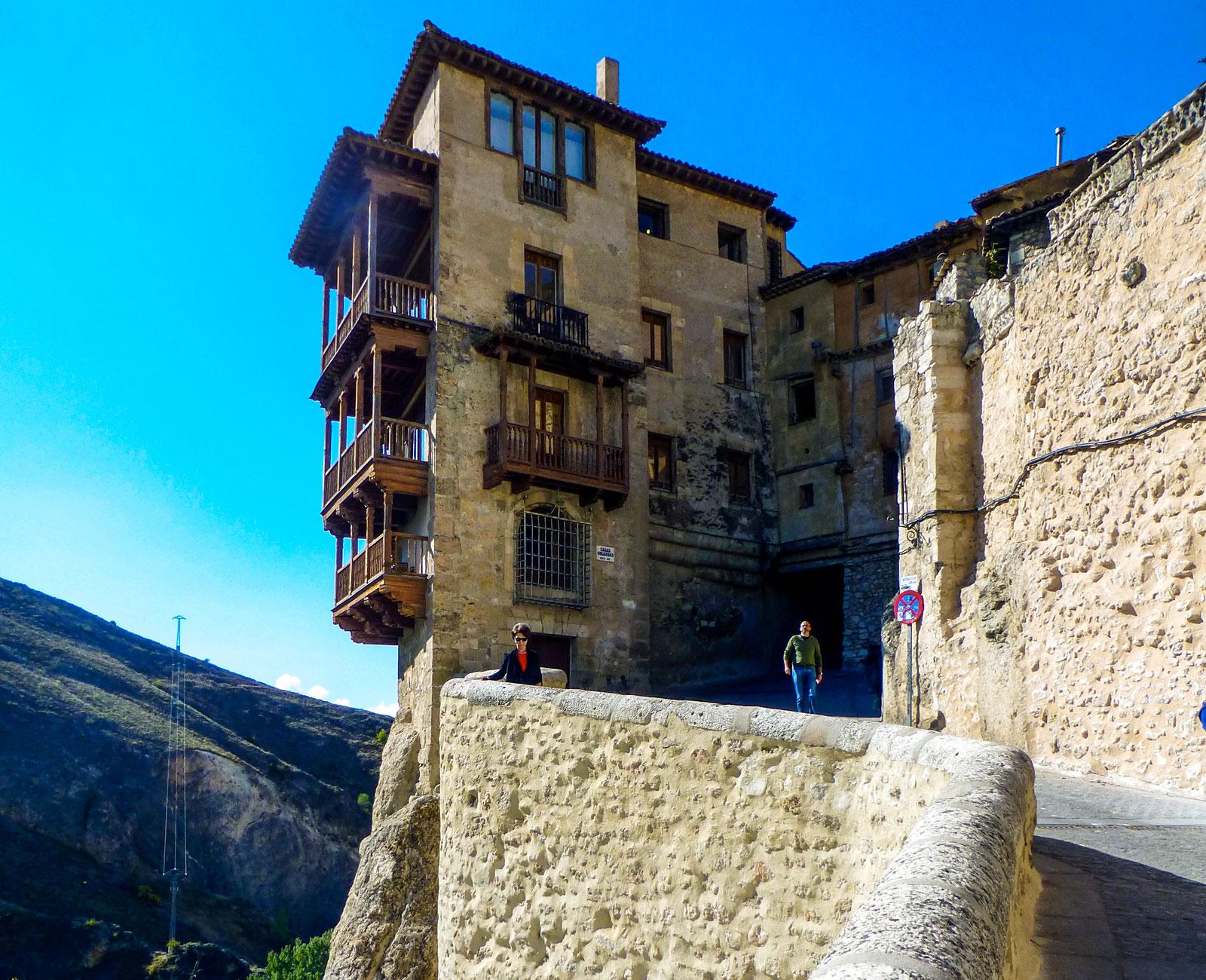 Träbalkonger på ett av de hängande husen – ingenting för den som har höjdskräck.