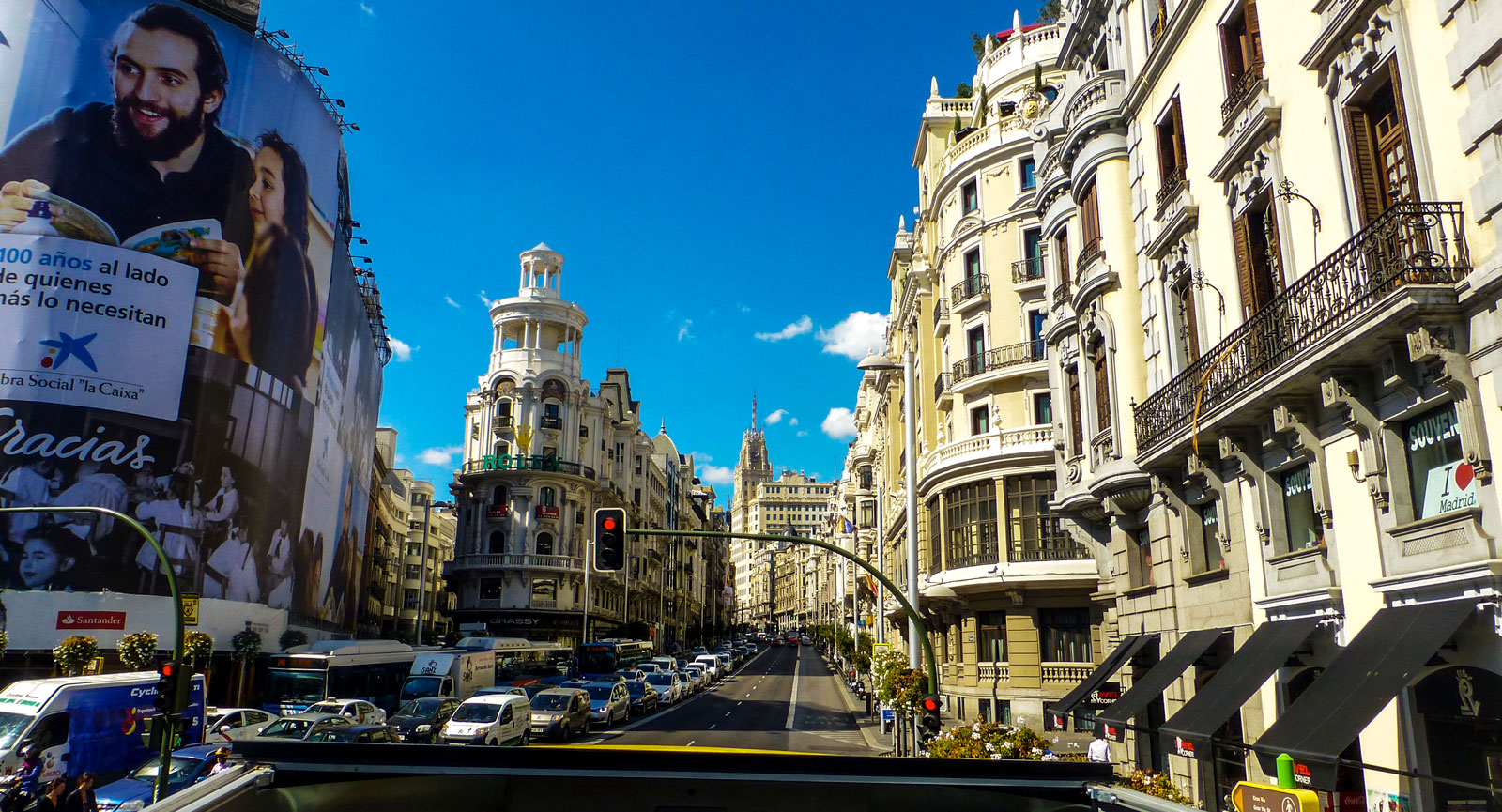 Från övre däck i sightseeingbussen har man koll på mångmiljonstaden Madrid.