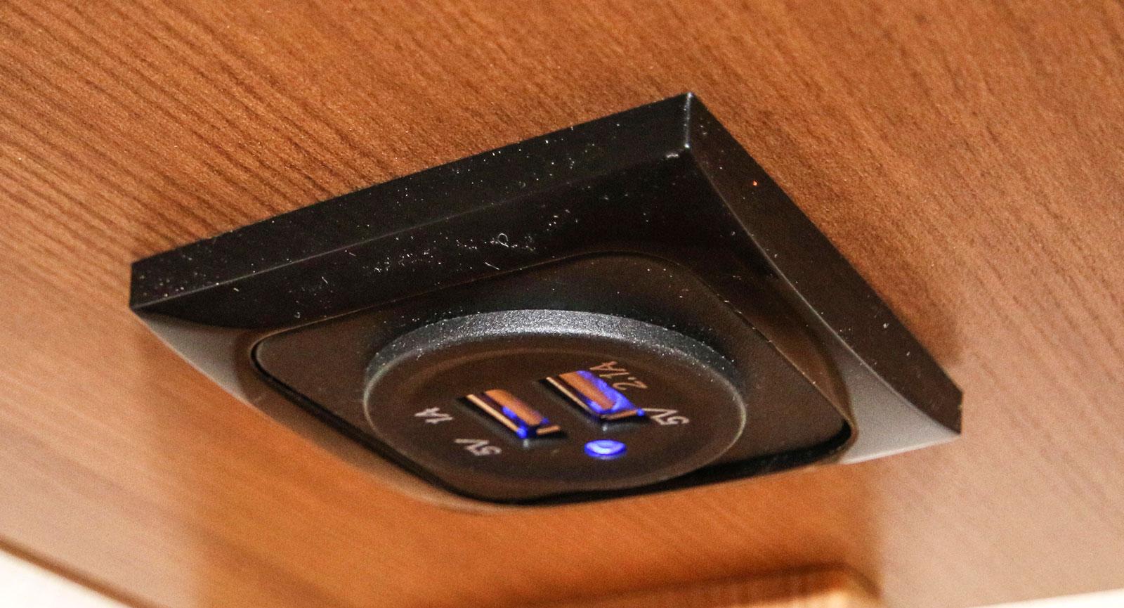 Jodå, vid soffan finns det även uttag att ladda komponenter som har USB-port.