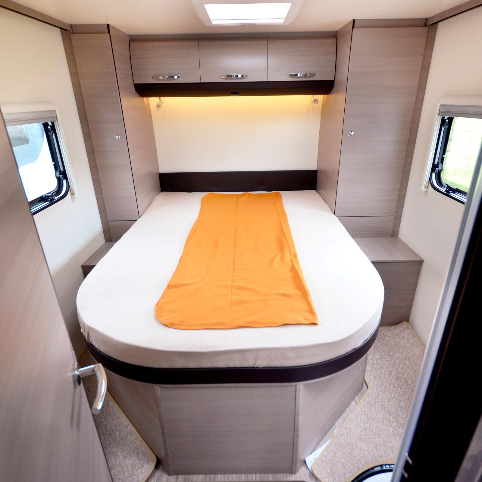 Sned. Sängen är placerad något till vänster vilket ger mer utrymme till duschkabinen.